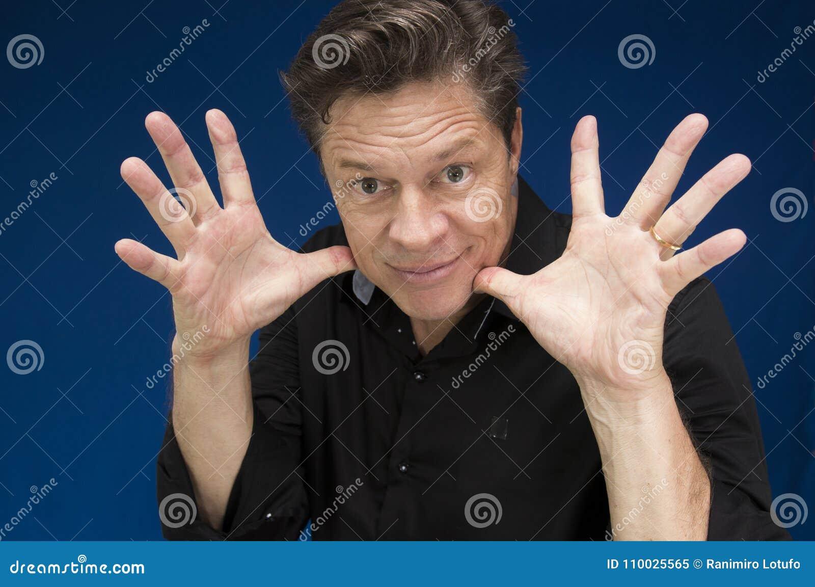 Mens die direct u met vingers brede open bekijken