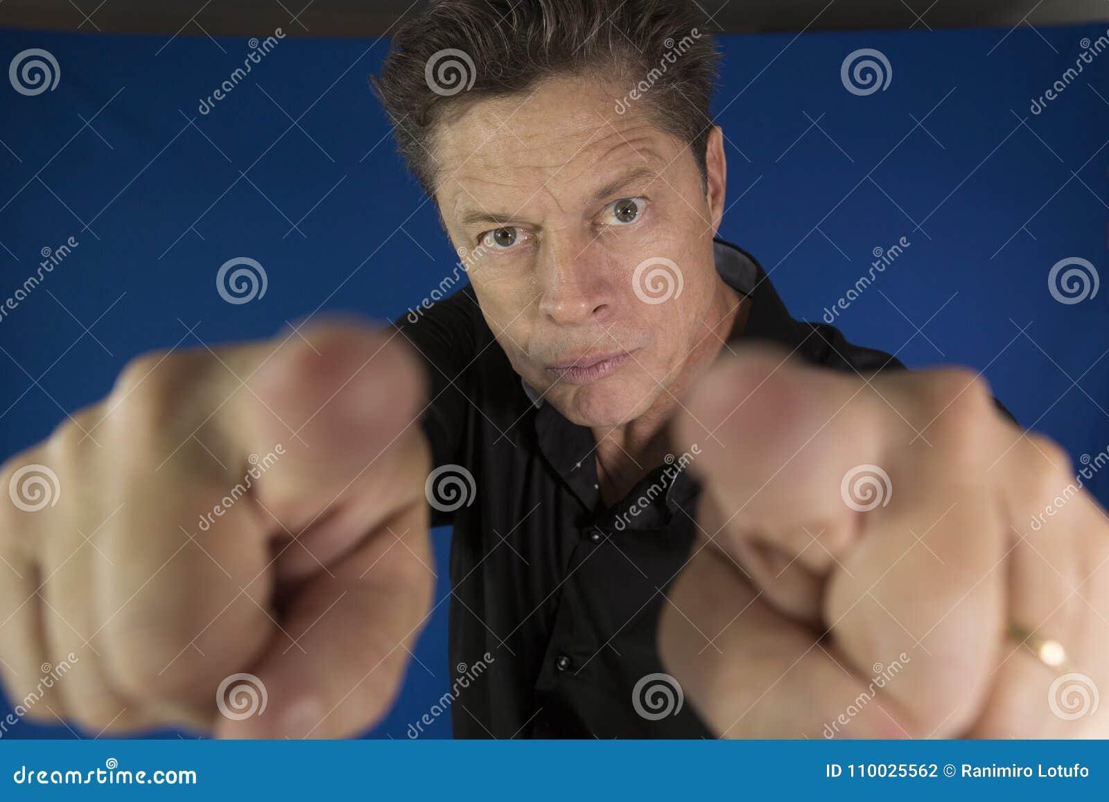 Mens die direct u met zijn te bestrijden vuisten bekijken