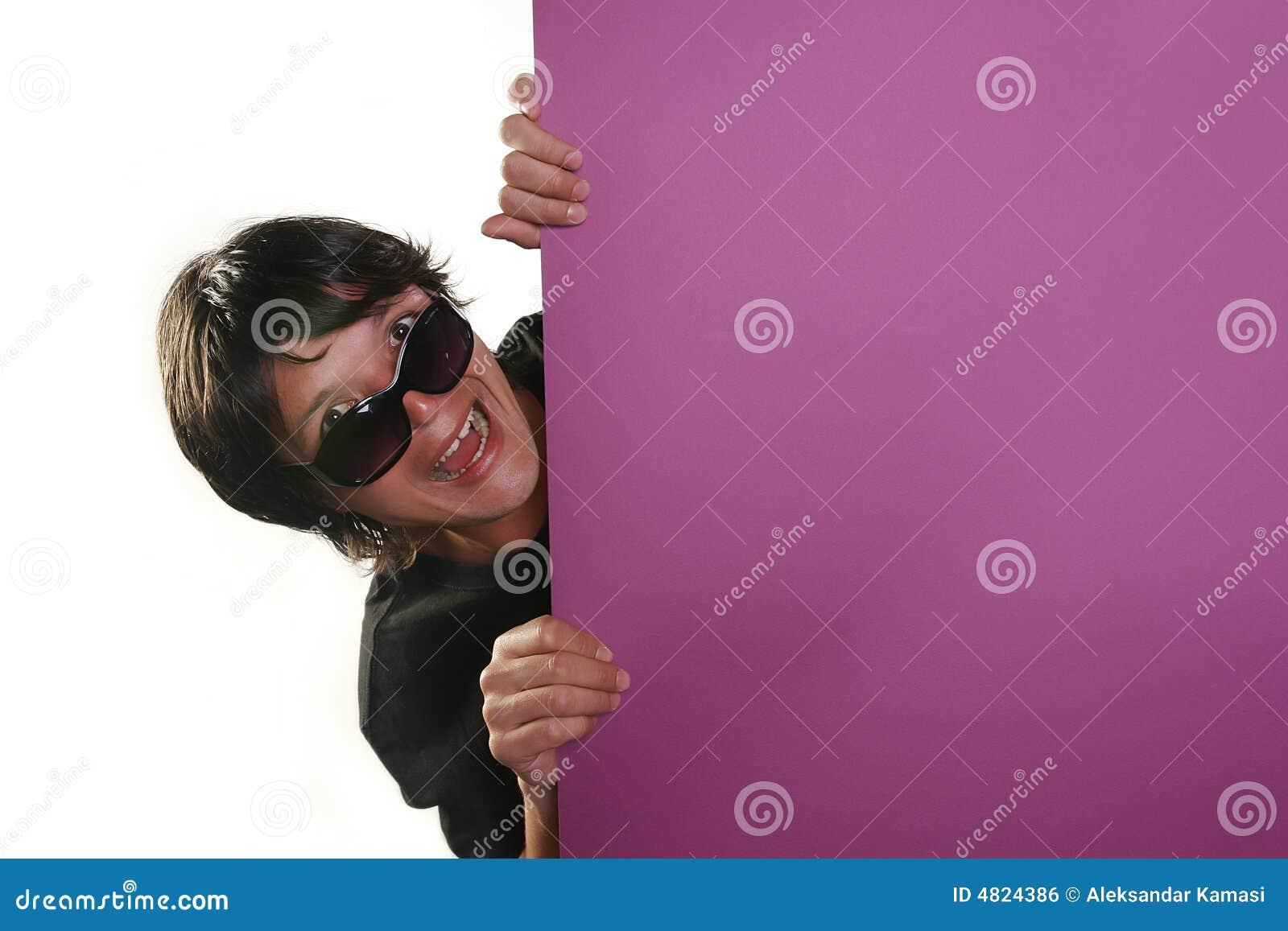 Mens die een aanplakbord houdt
