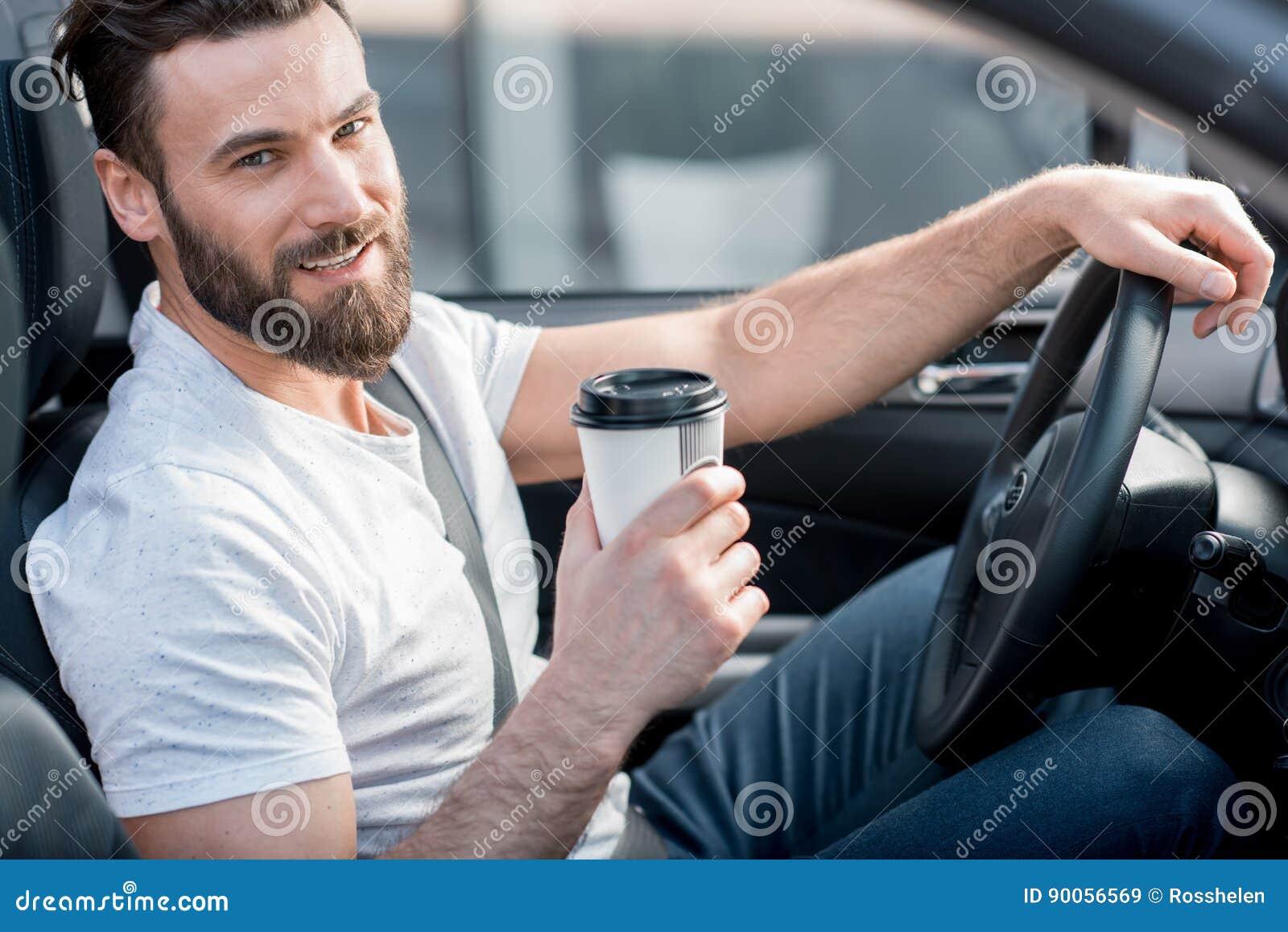 Mens die een auto drijft