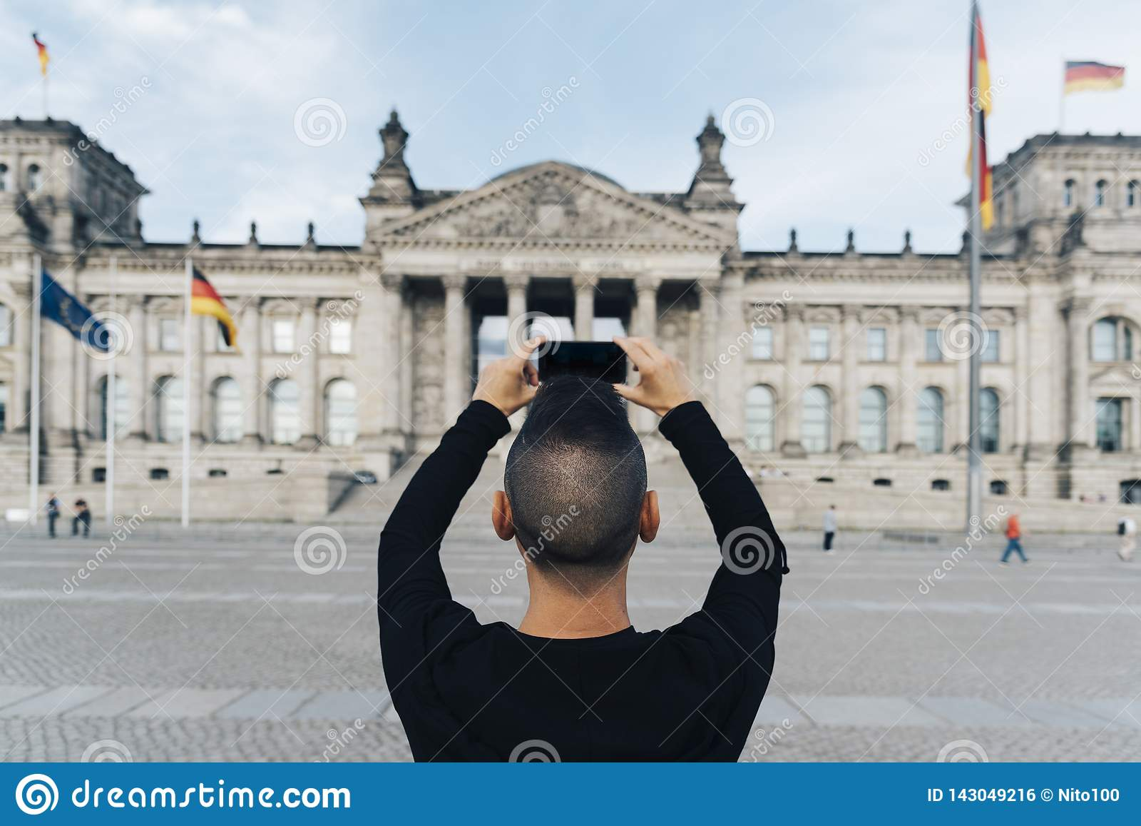 Mens die een beeld van Reichstag, in Berlijn nemen