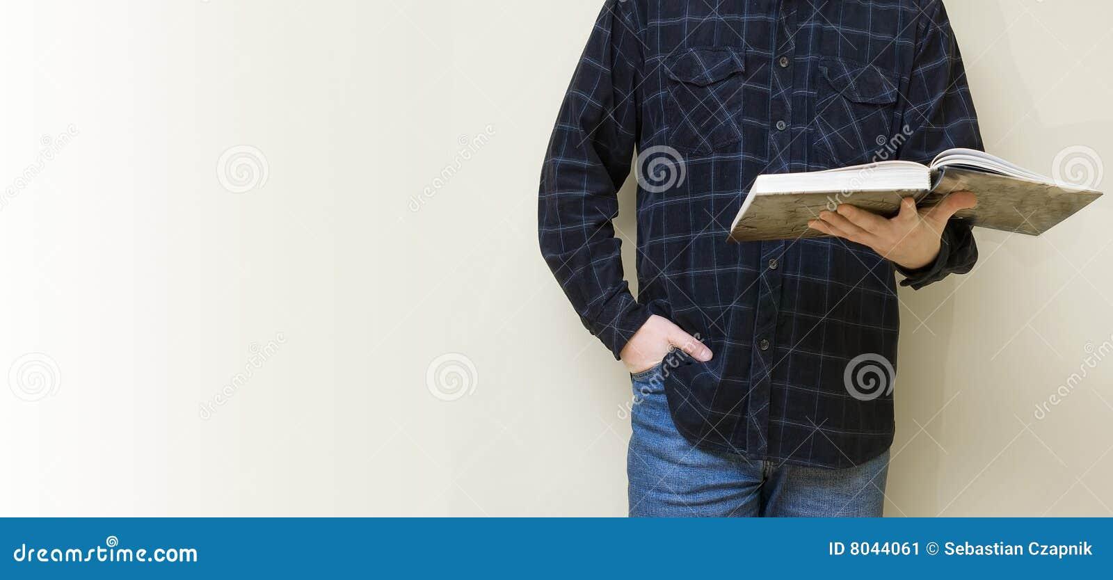 Mens die een boek leest