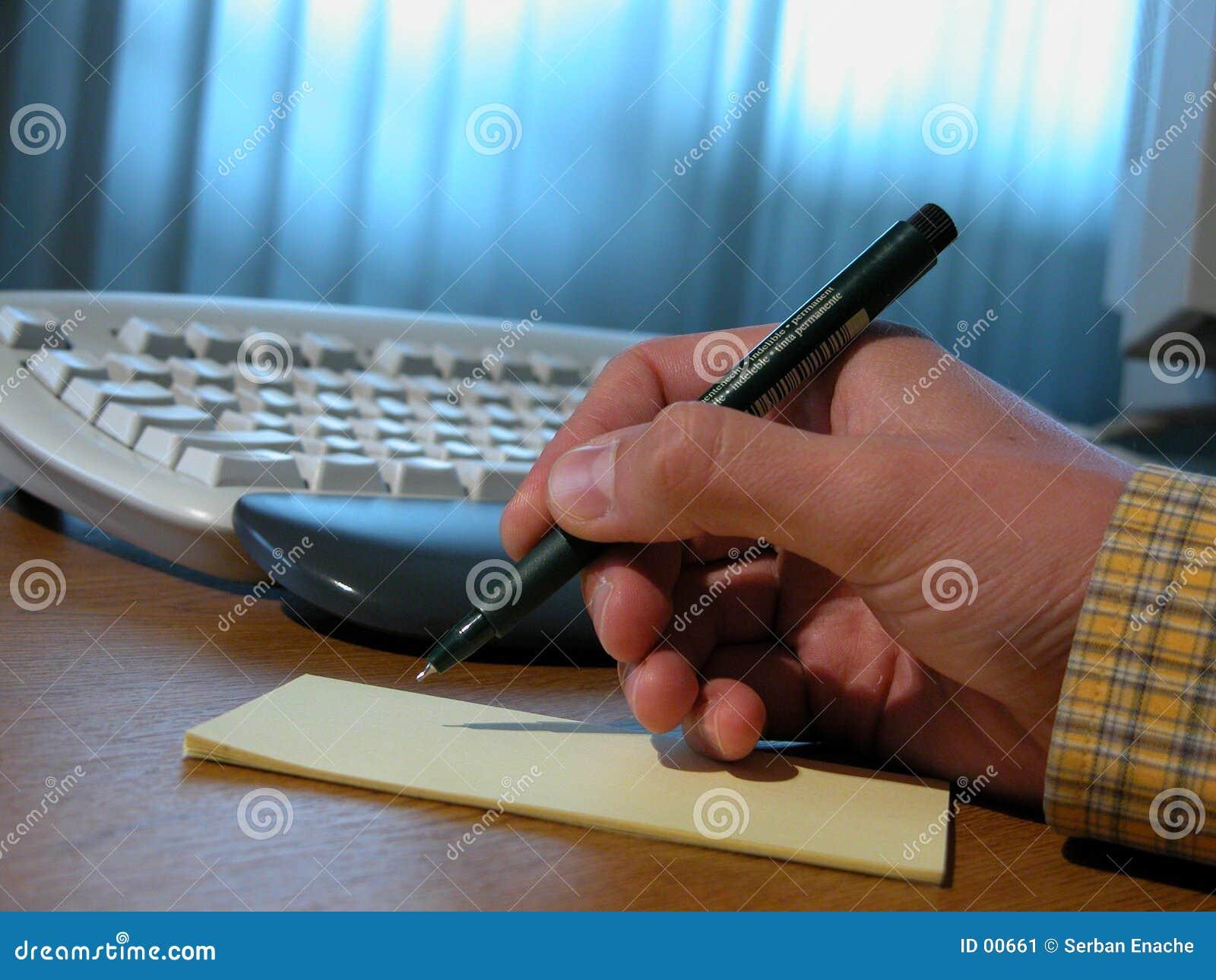Mens die een contract 2 schrijft
