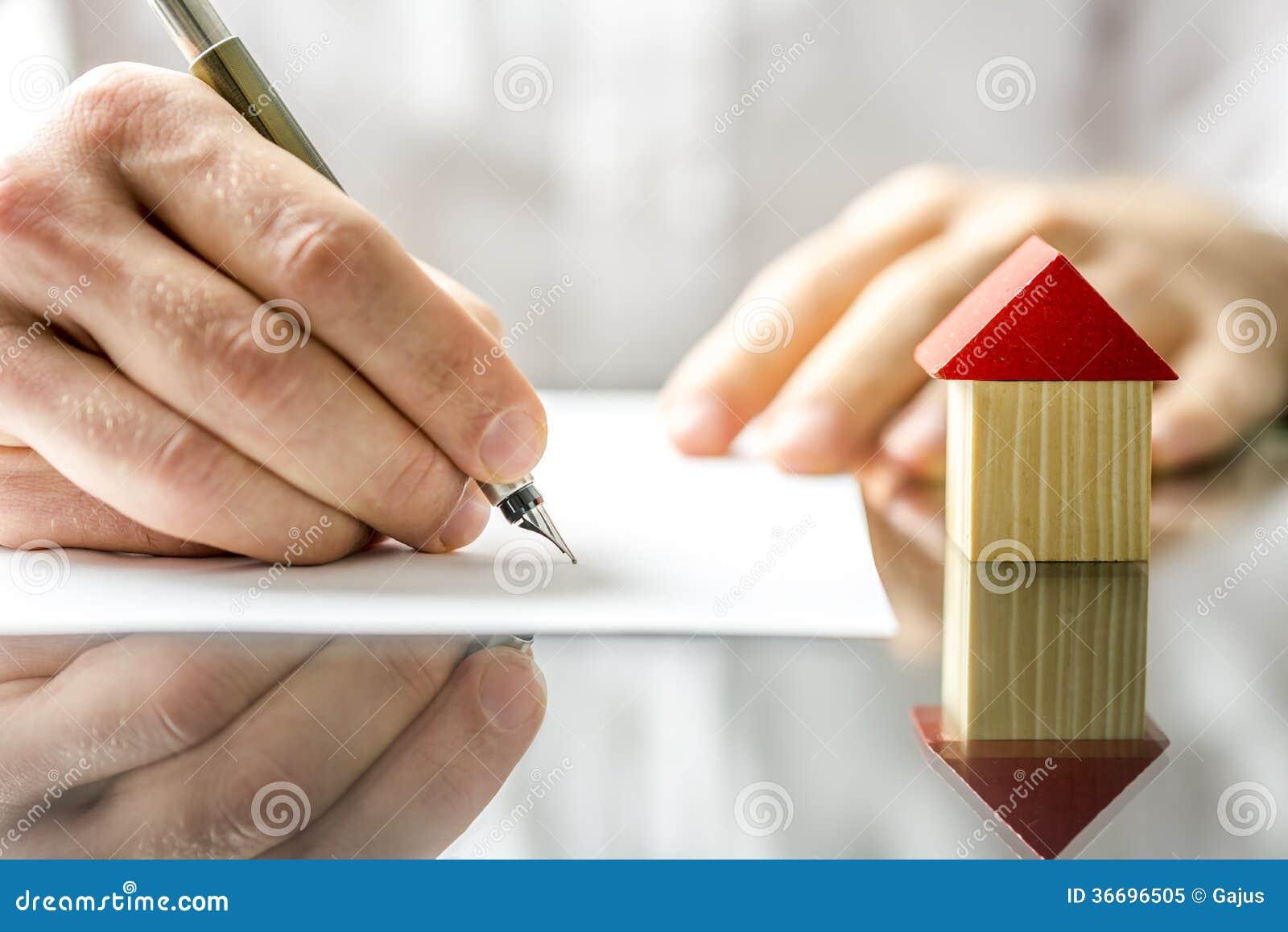 Een Nieuw Huis : Mens die een contract ondertekenen wanneer het kopen van een nieuw