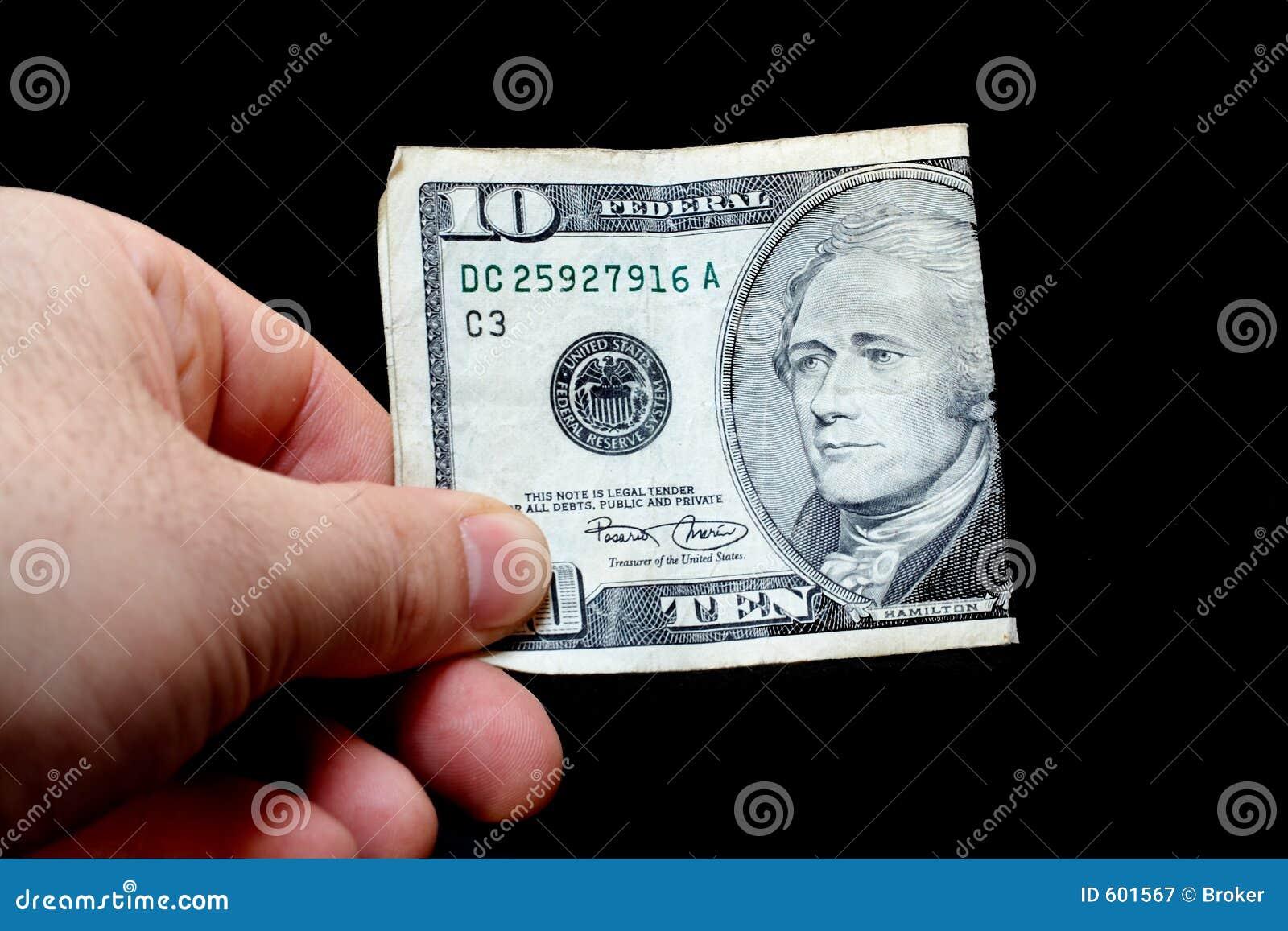 Mens die een tien dollarrekening houdt