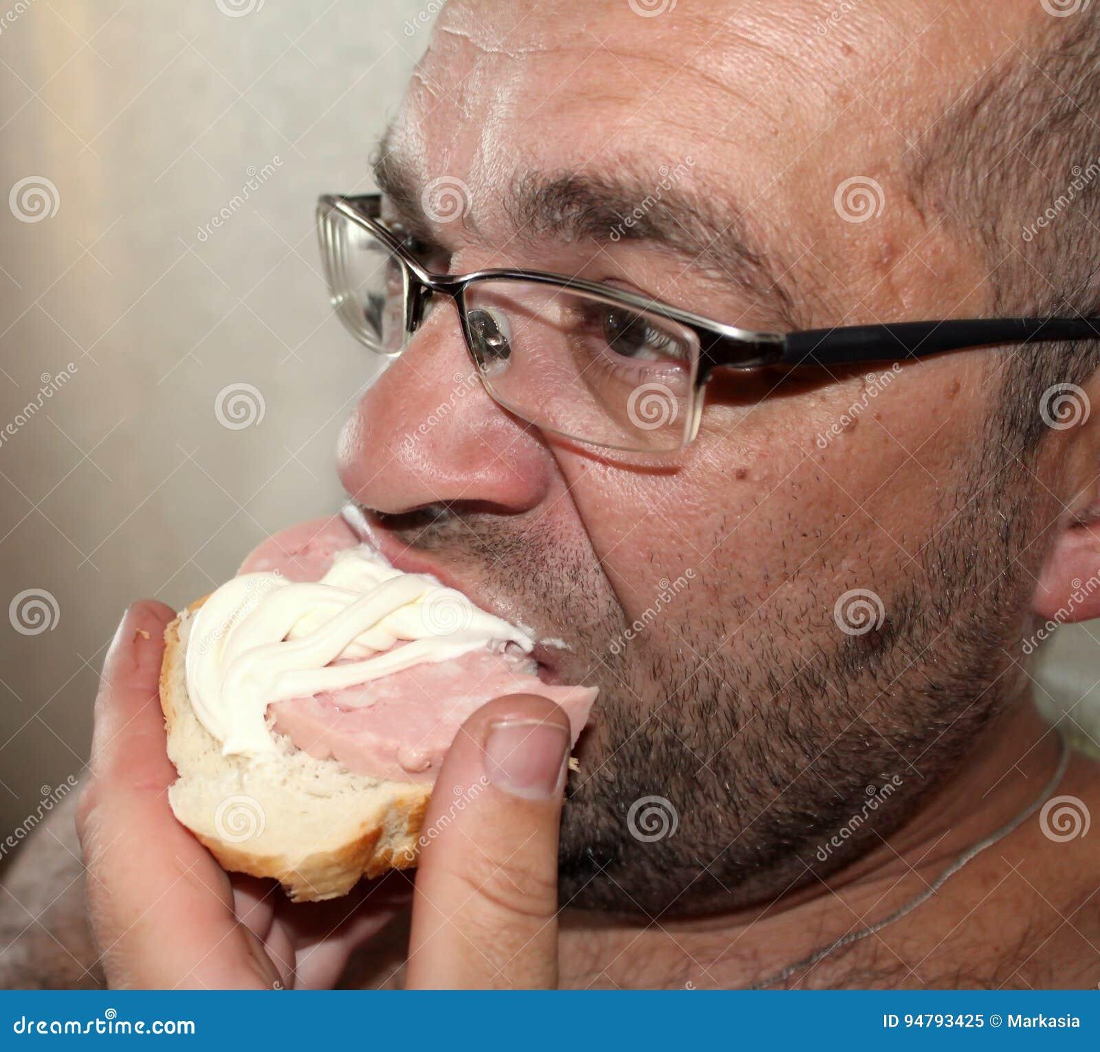 Mens die een worstsandwich voor diner eten