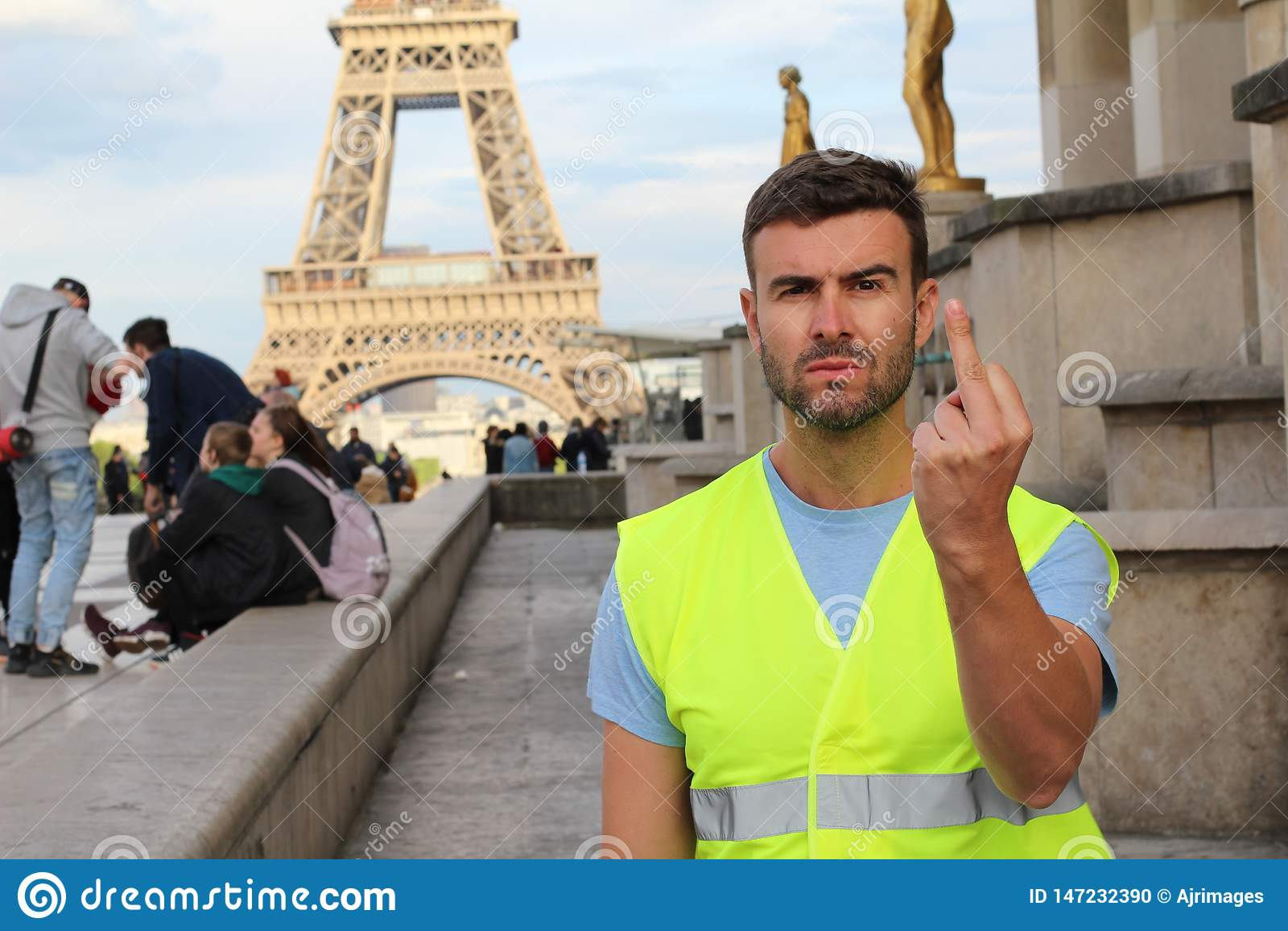 Mens die geel vest dragen die in Parijs, Frankrijk protesteren