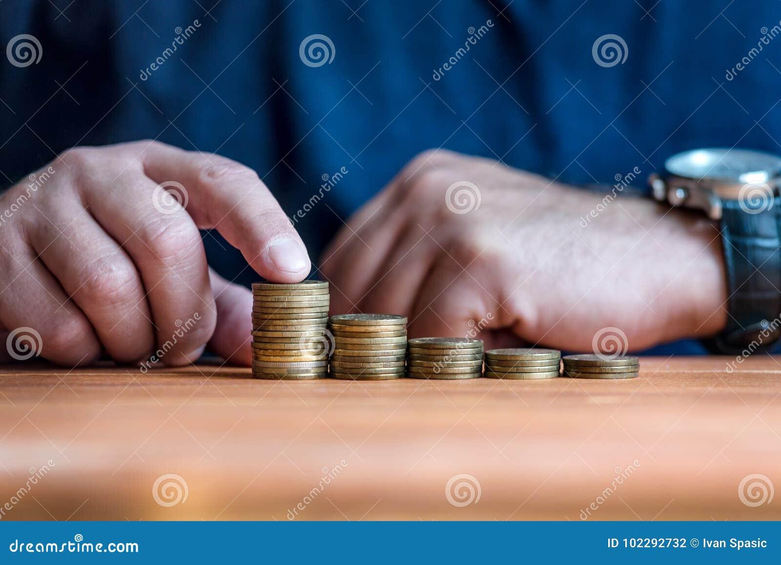Mens die geld in Grafiek stapelen