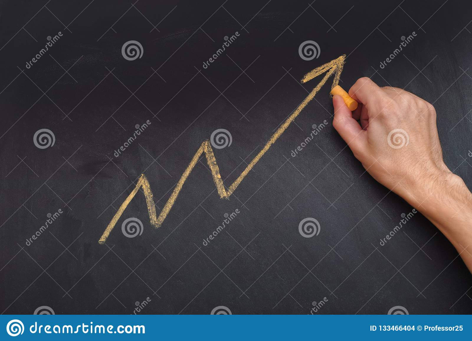 Mens die gele pijl trekken die stijgende lijn en stijgen tonen pro