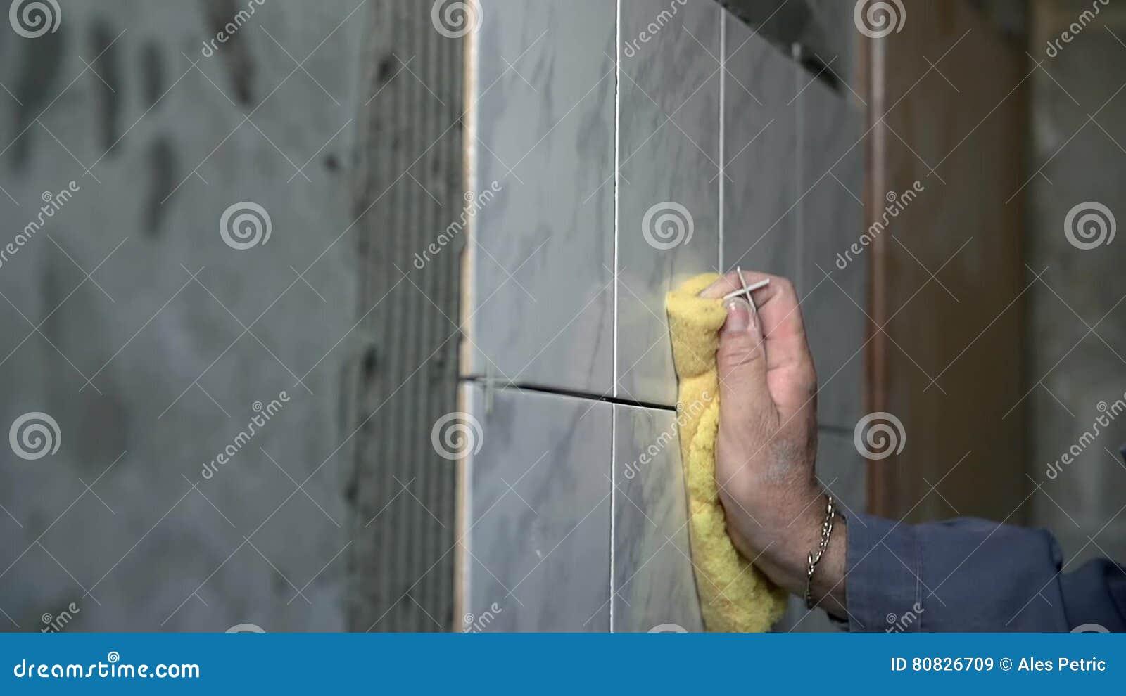 Keramische Tegels Schoonmaken : Mens die grijze keramische tegels schoonmaken stock video video
