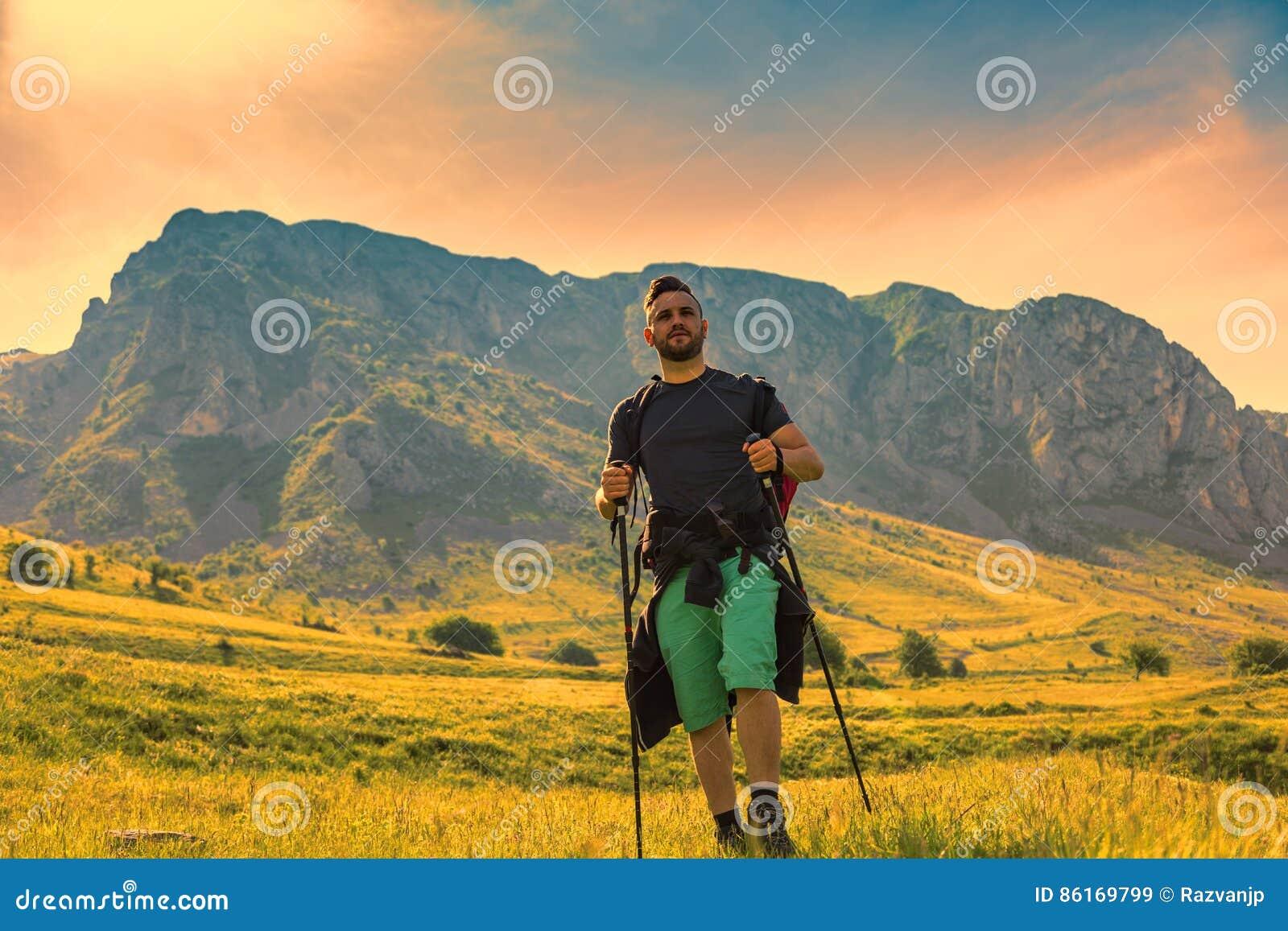 Mens die in Groene Bergen wandelen