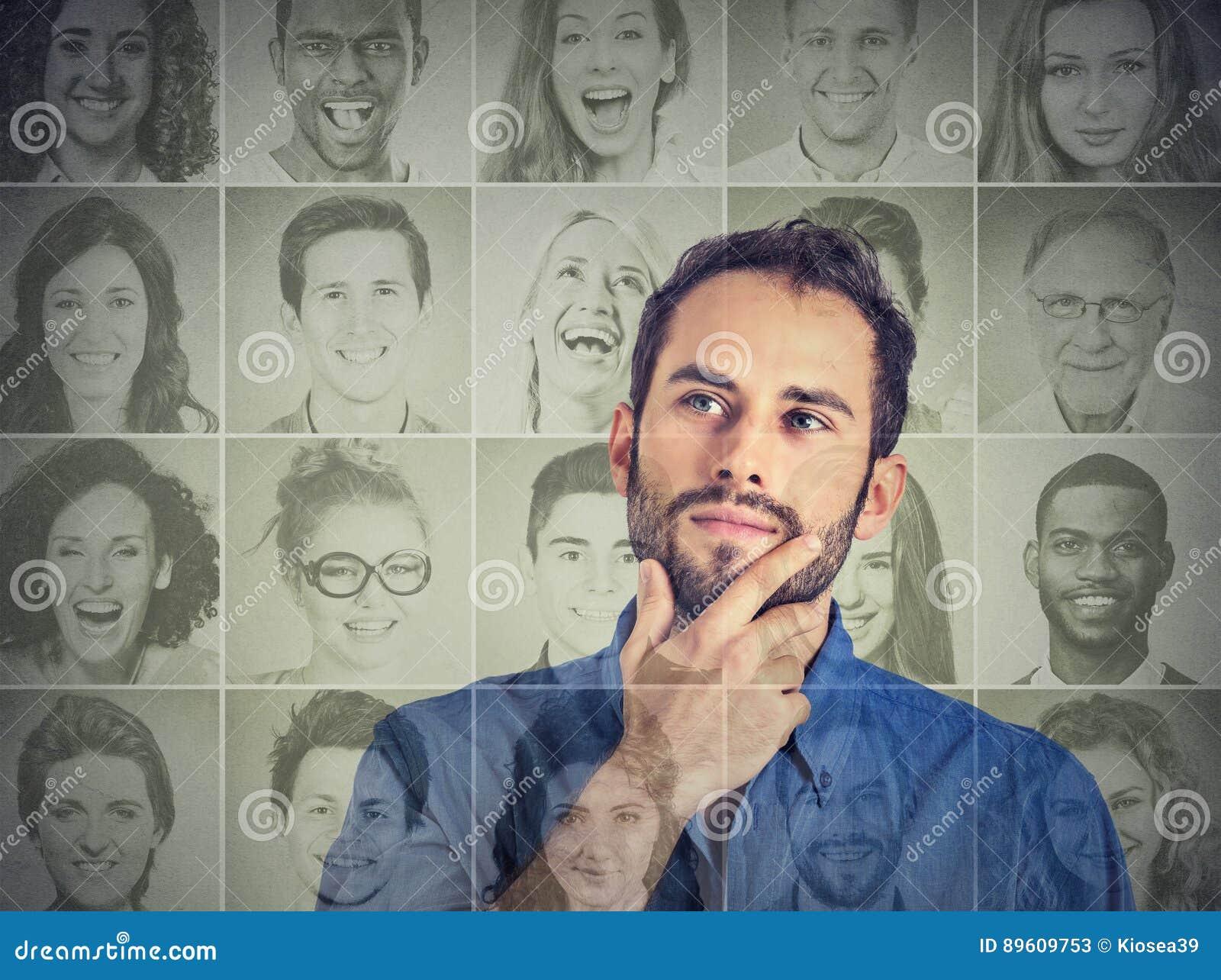 Mens die het bekijken omhoog groep multiculturele gelukkige mensen denken
