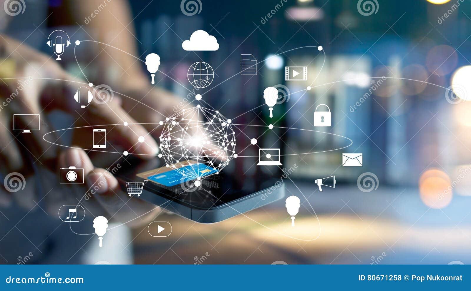 Mens die het mobiele betalingen online winkelen en het netwerkverbinding van de pictogramklant op het scherm, m-bankwezen en omni
