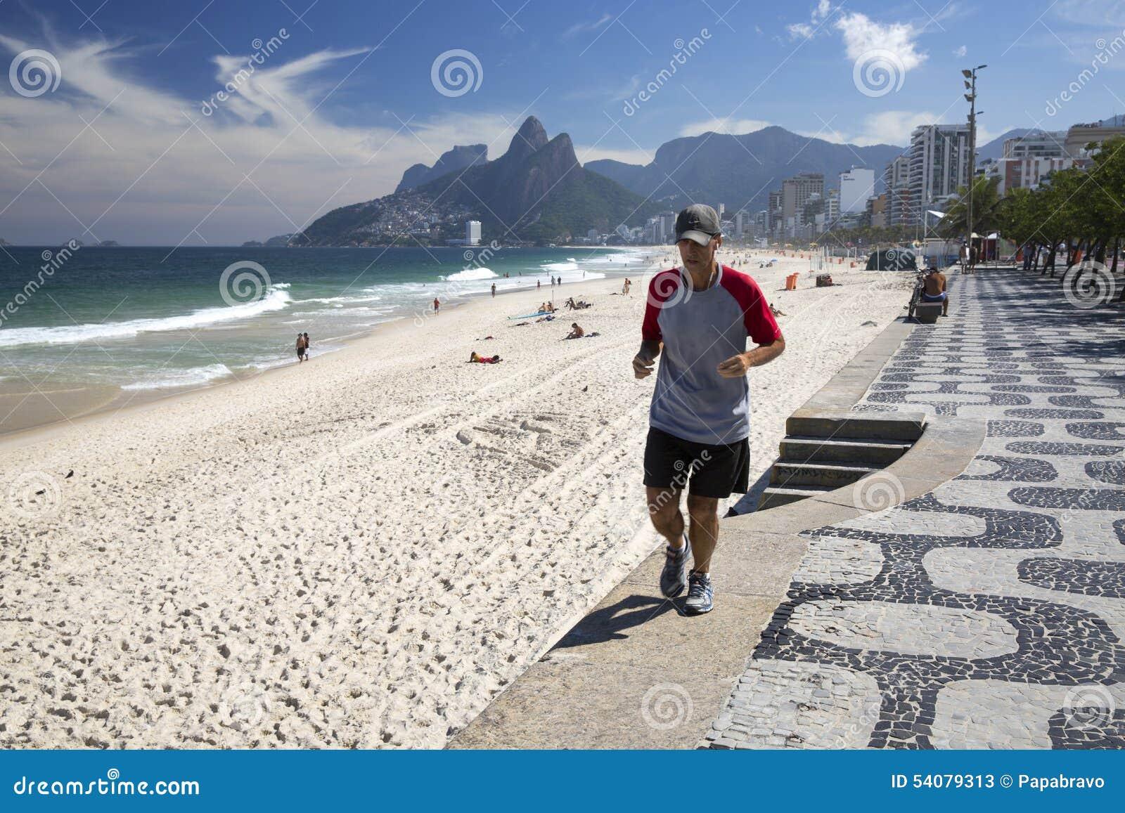 Mens die in Ipanema-Strand Rio de Janeriro lopen