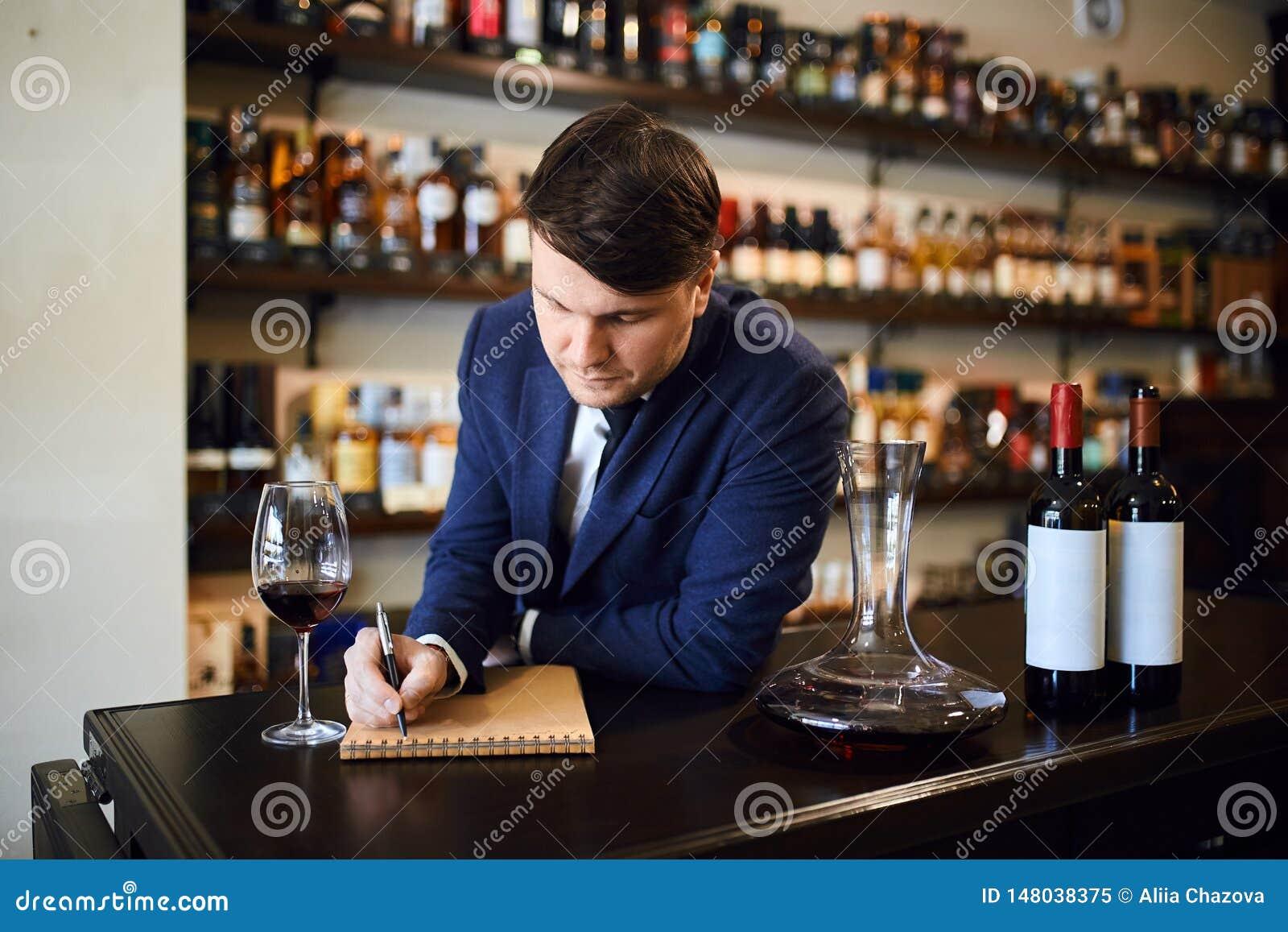 Mens die klanten helpen de correcte wijn voor een maaltijd of een begroting kiezen
