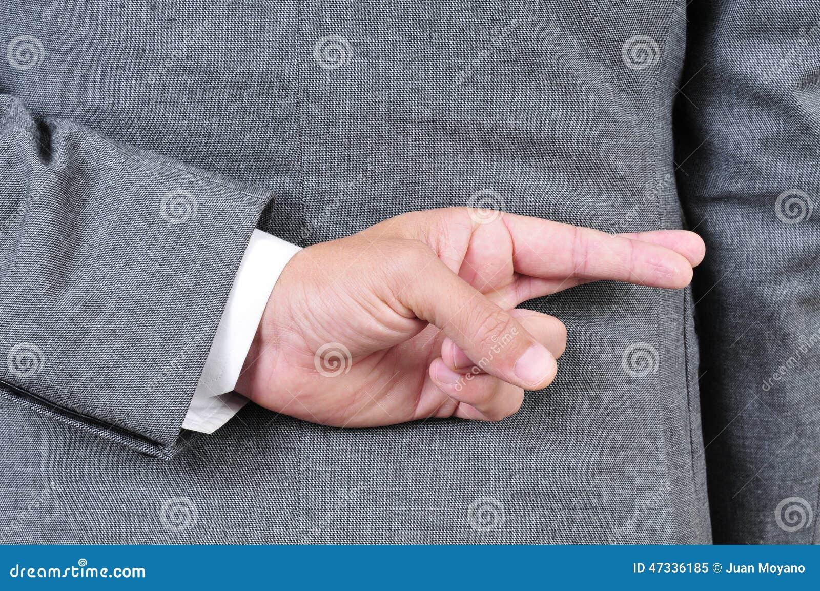 Mens die in kostuum zijn vingers in zijn rug kruist