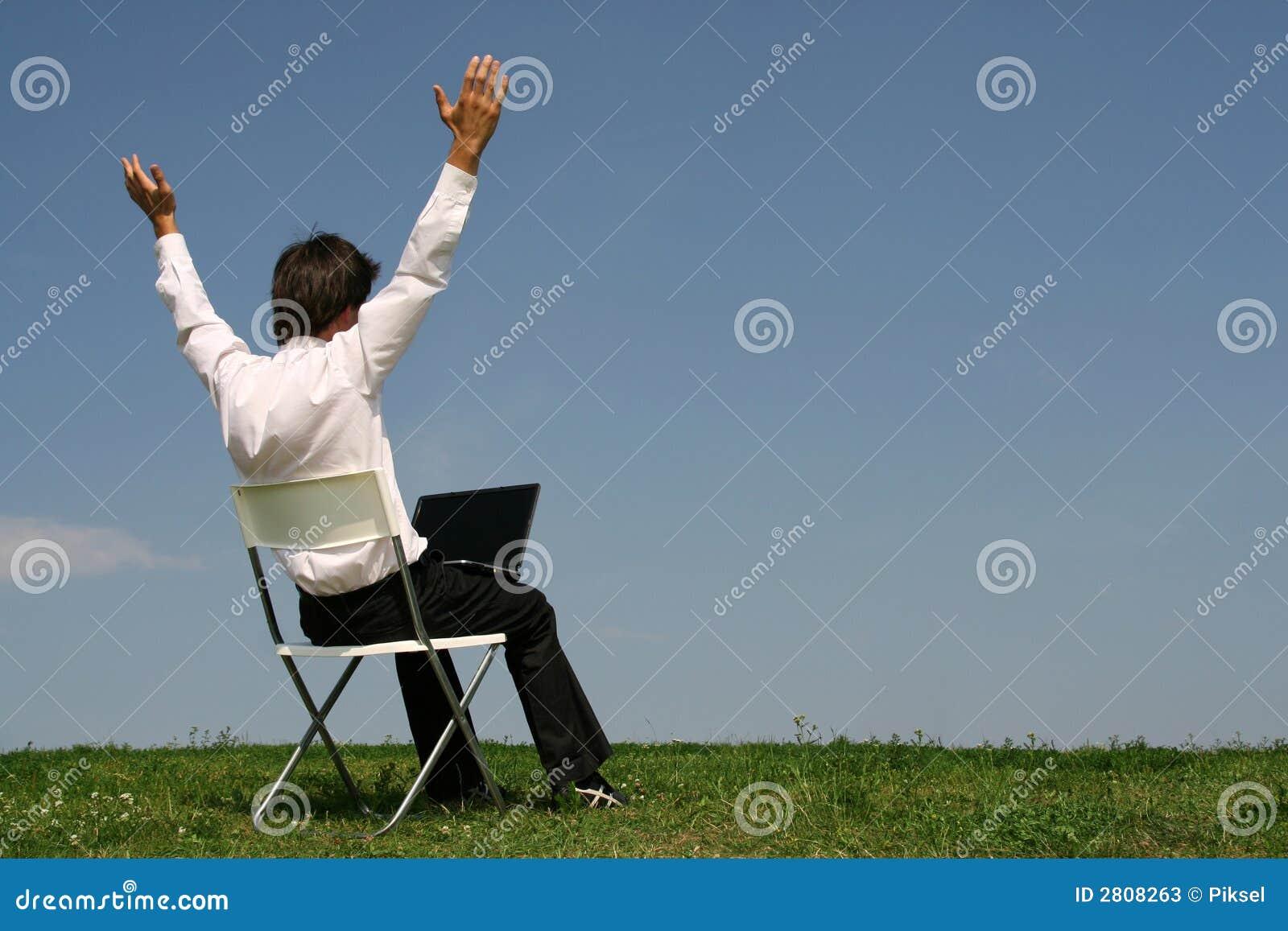 Mens die laptop in openlucht met behulp van