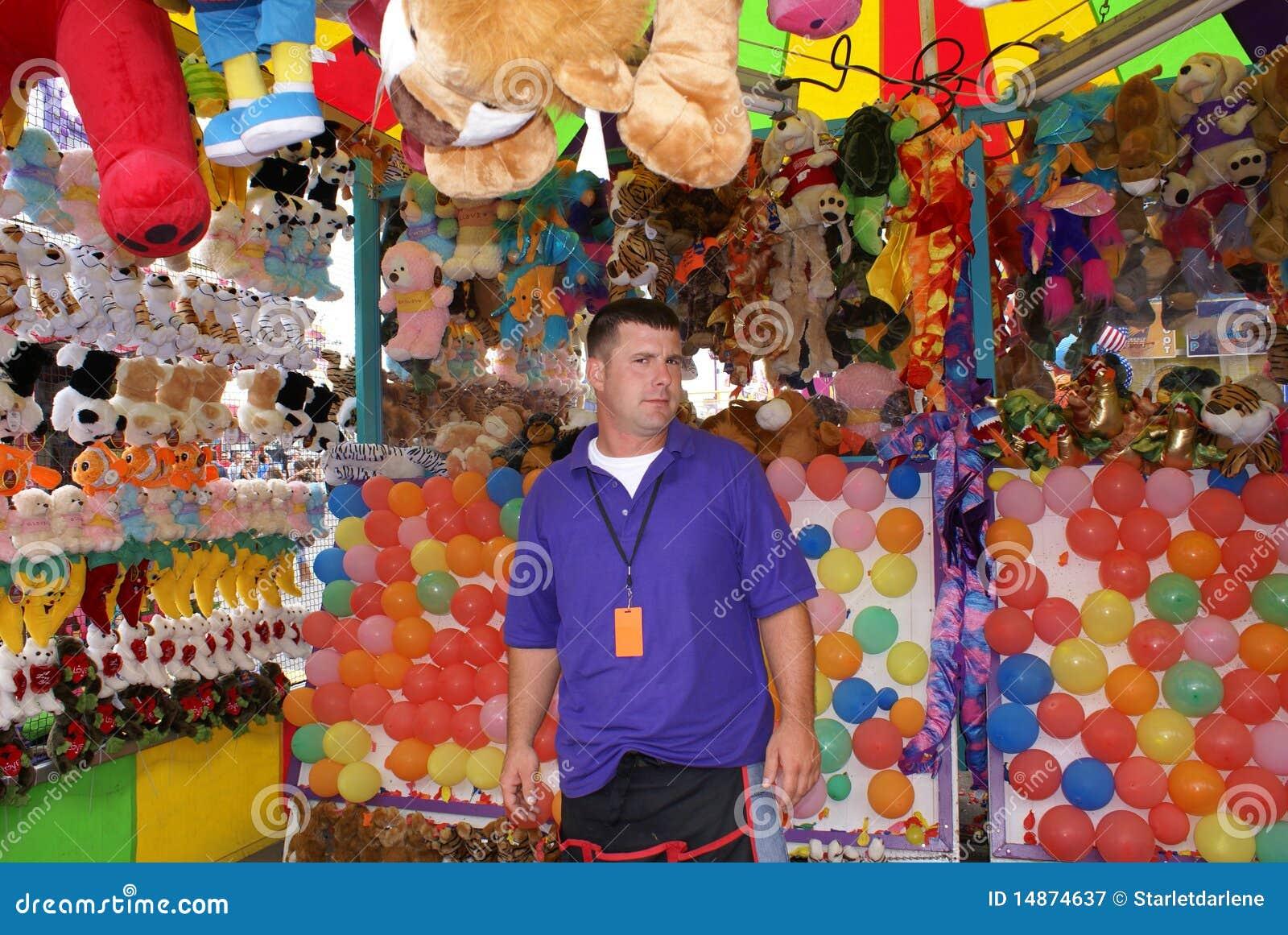 Mens die in Markt of Carnaval werkt