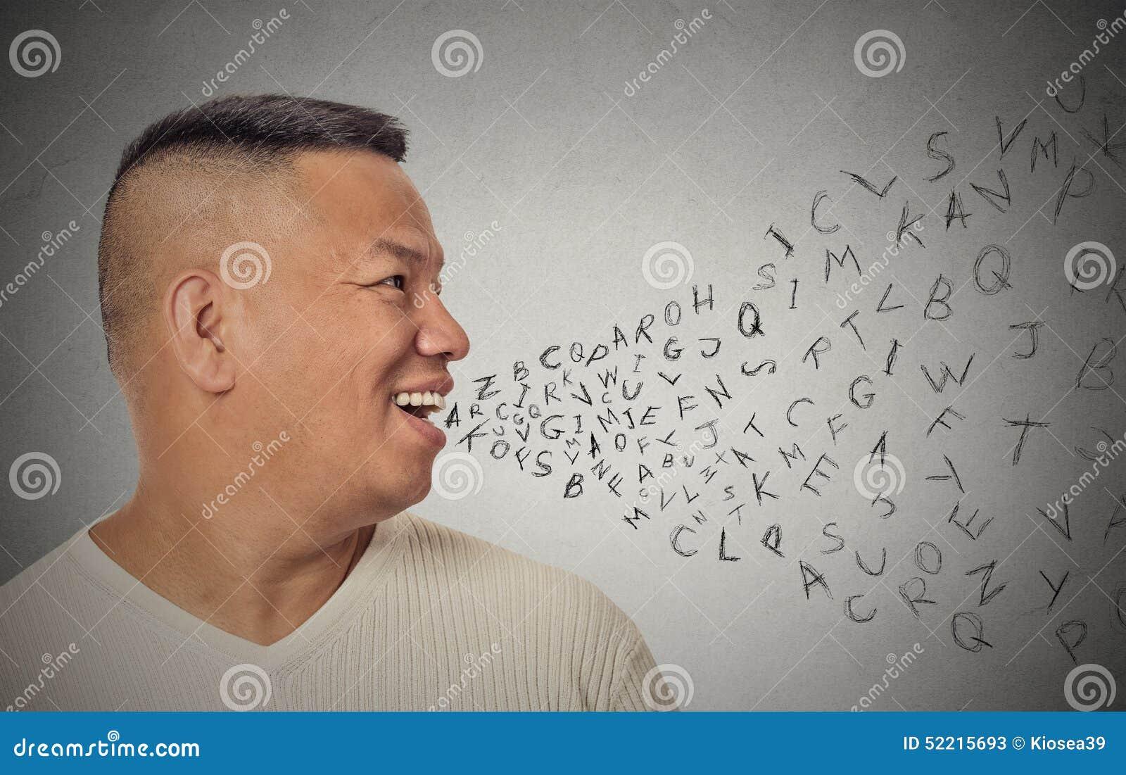 Mens die met alfabetbrieven spreken die uit open mond komen