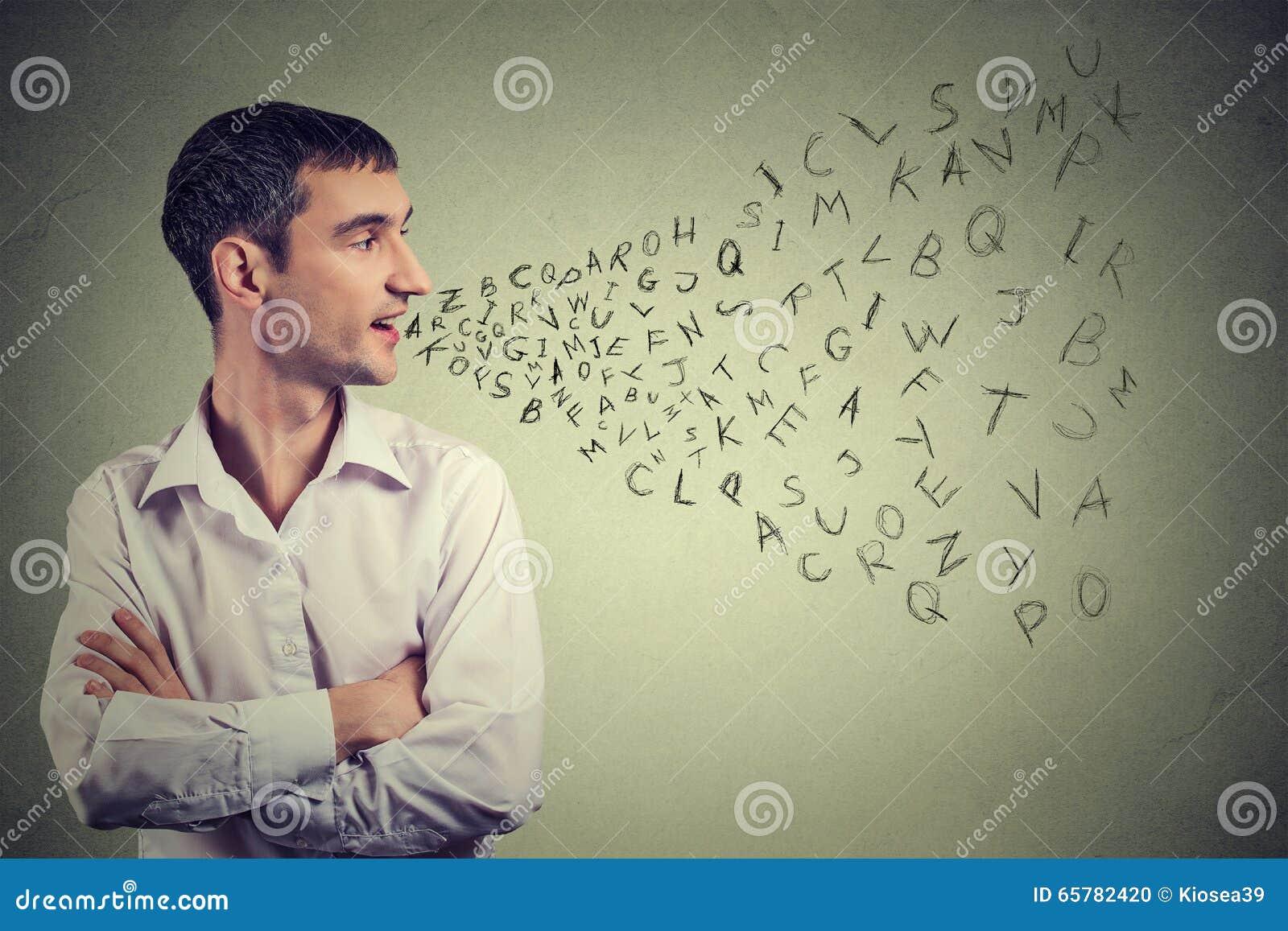 Mens die met alfabetbrieven spreken die uit zijn mond komen Mededeling, informatie, intelligentieconcept