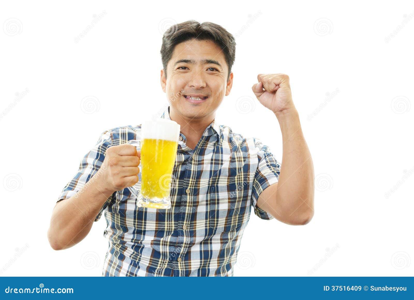 Mens die met bier glimlachen