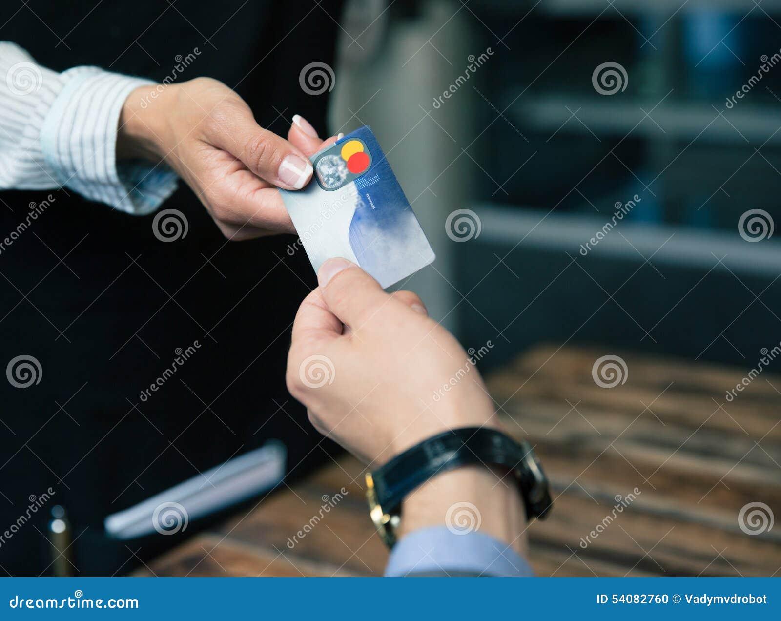 Mens die met creditcard bij het restaurant betalen