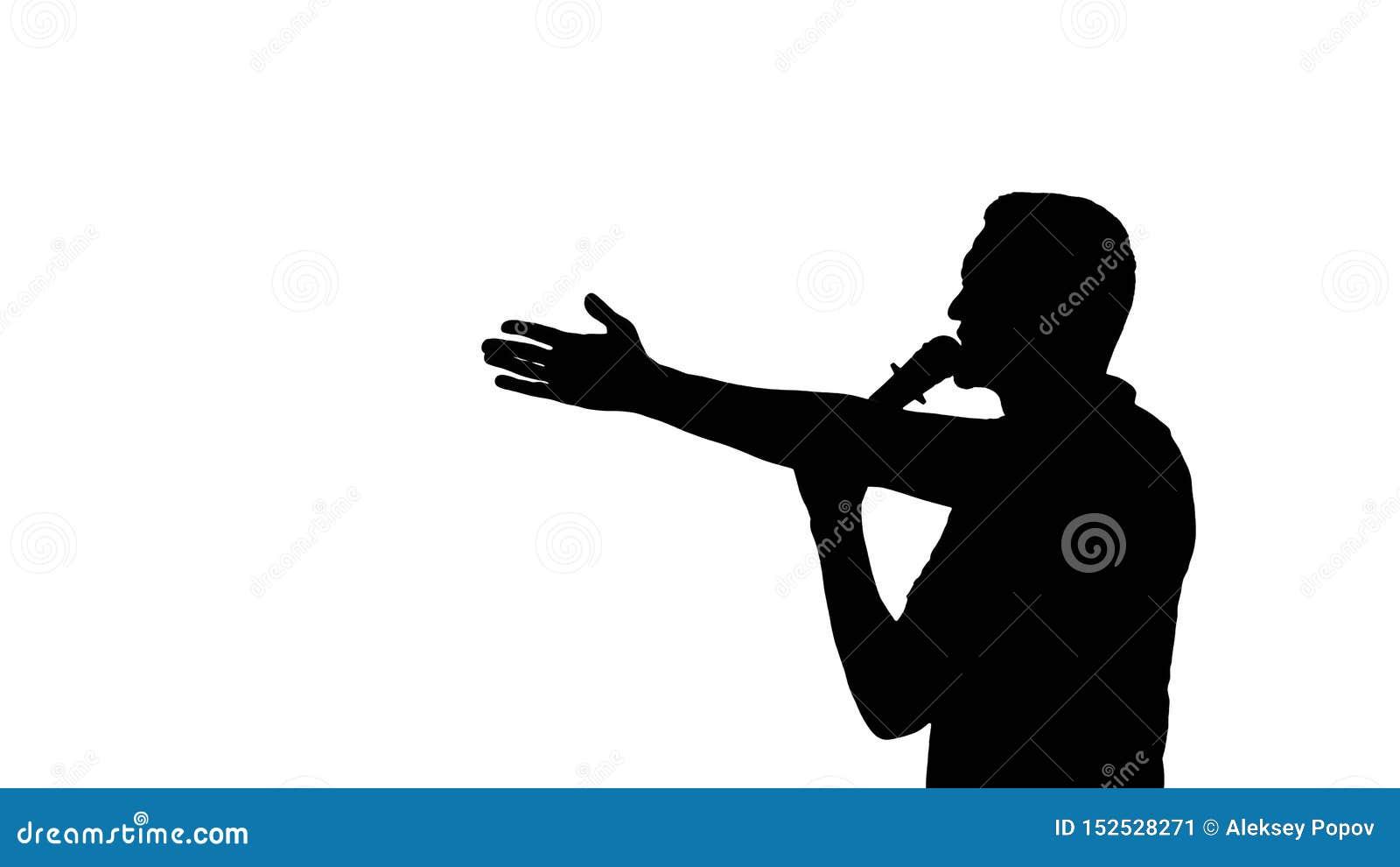Mens die in microfoon op witte achtergrond spreken