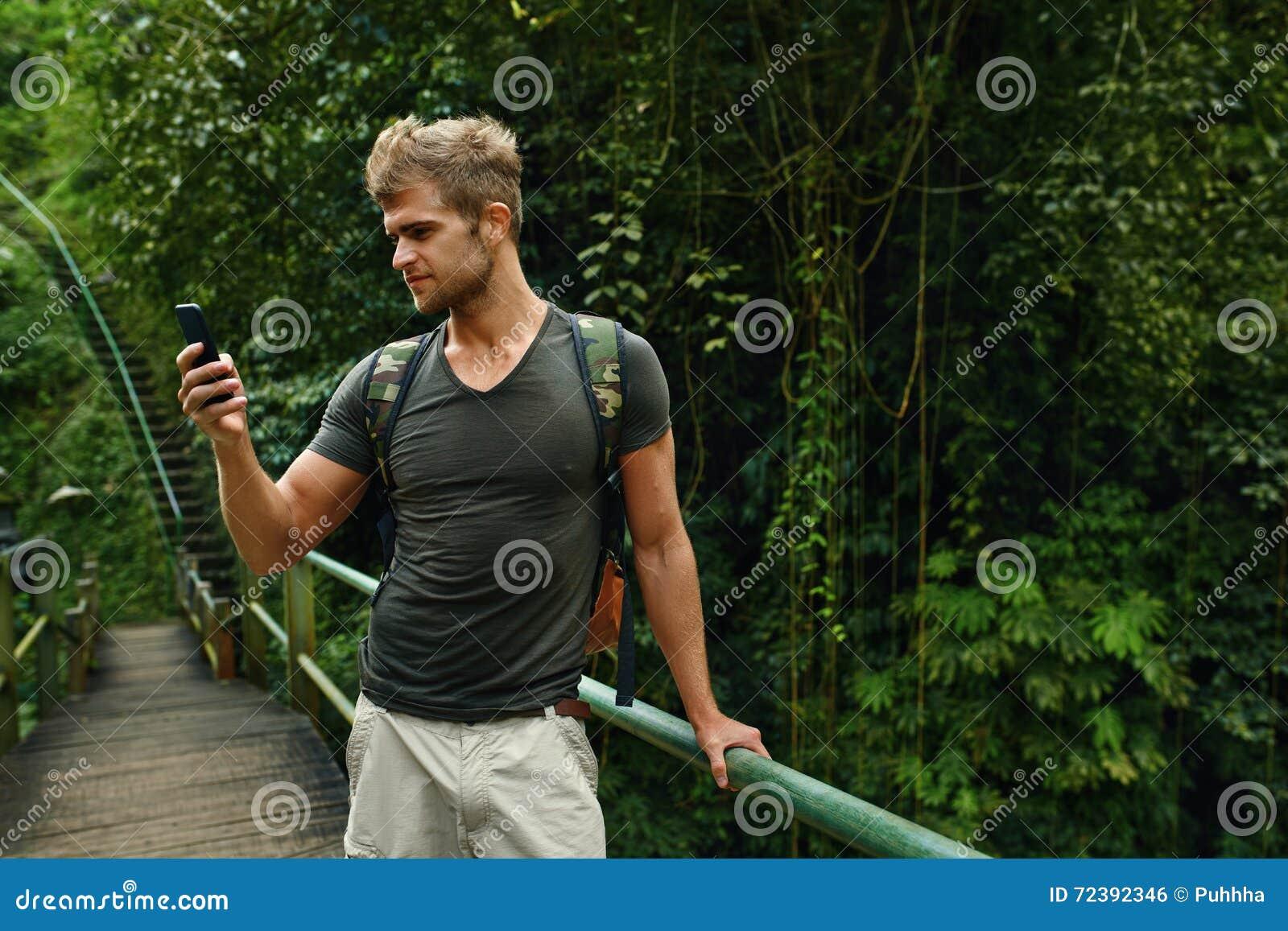 Mens die Mobiele Telefoon, Smartphone in Aard met behulp van Reis, toerisme