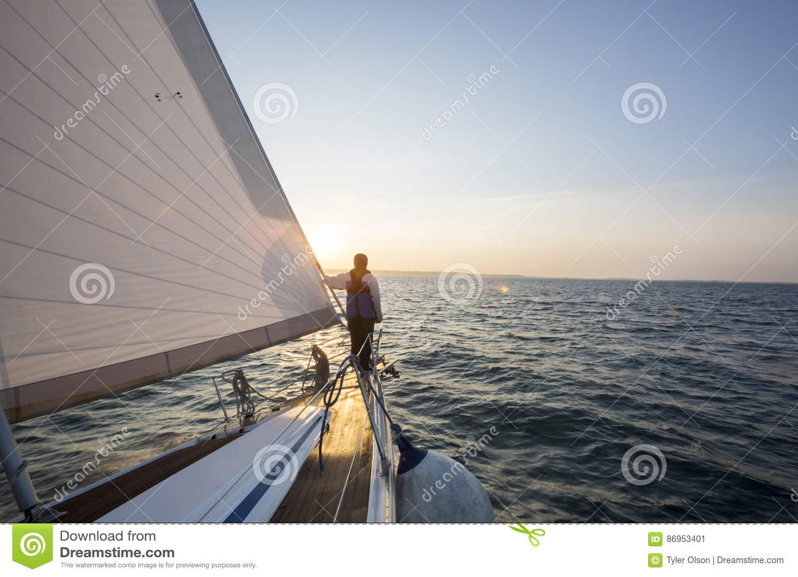 Mens die Mooie Overzees van Boog van Zeilboot bekijken