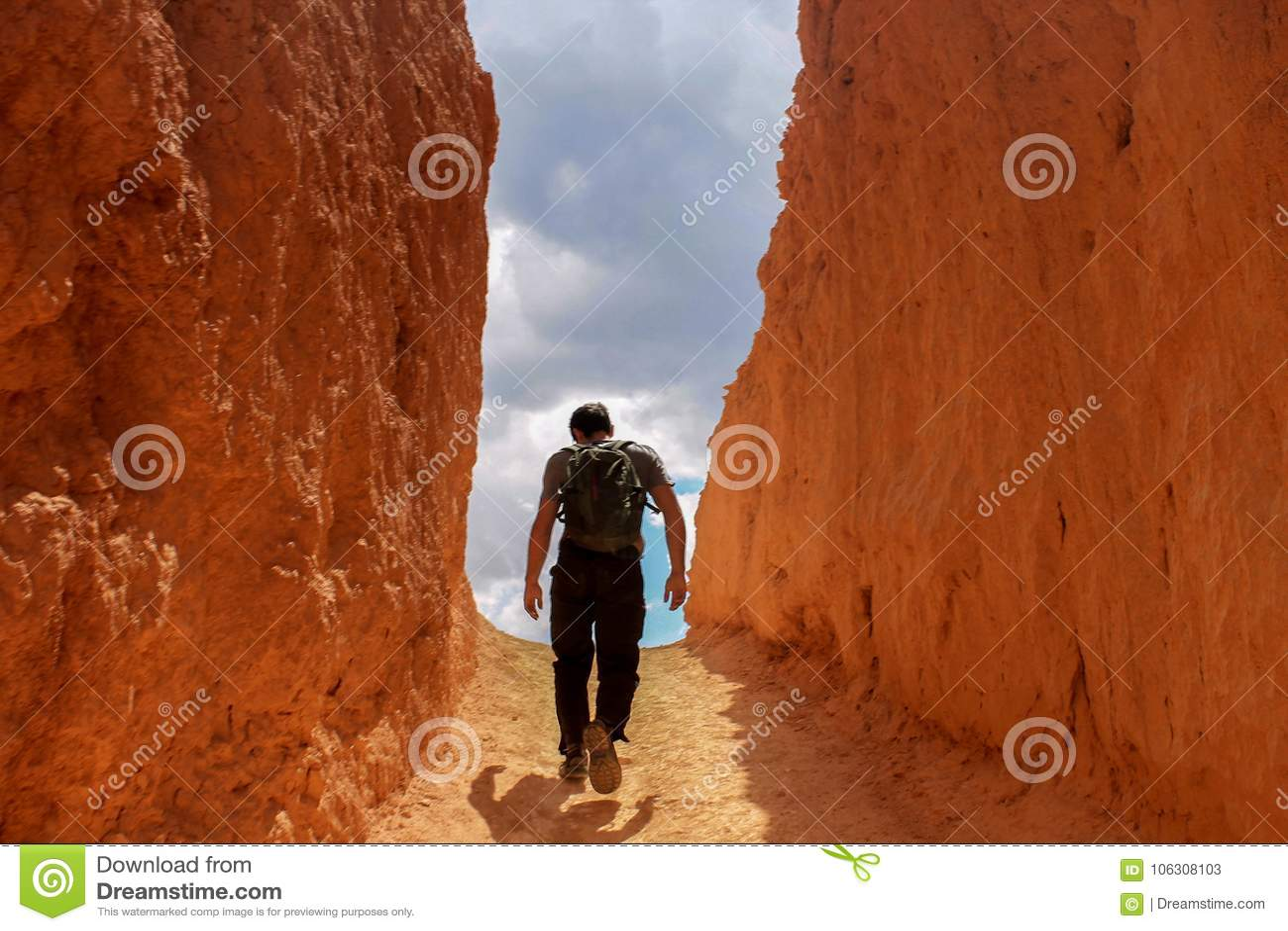 Mens die naar de Hemel in een Steeg van Rode/Oranje Rots lopen