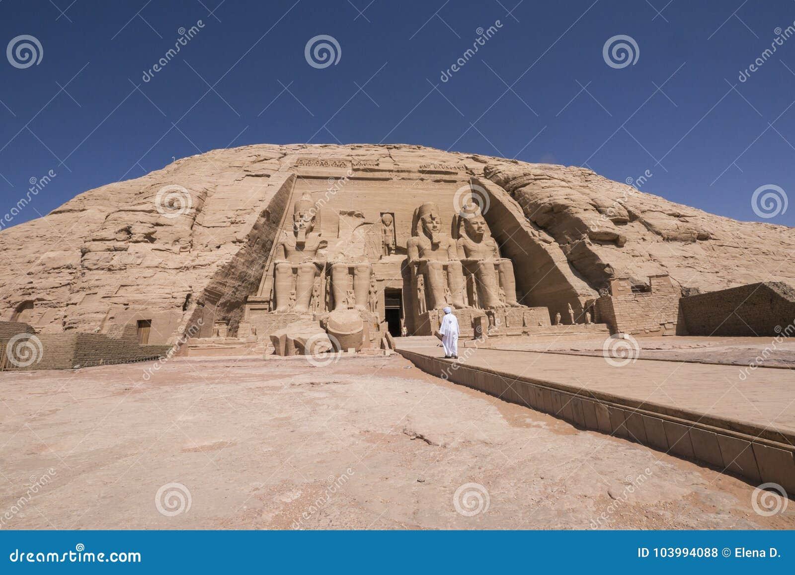 Mens die naar de ingang van Grote Tempel van Ramses II in Abu Simbel, Egypte lopen
