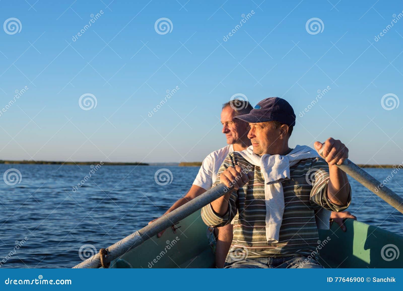 Mens die op een boot op het overzees roeien