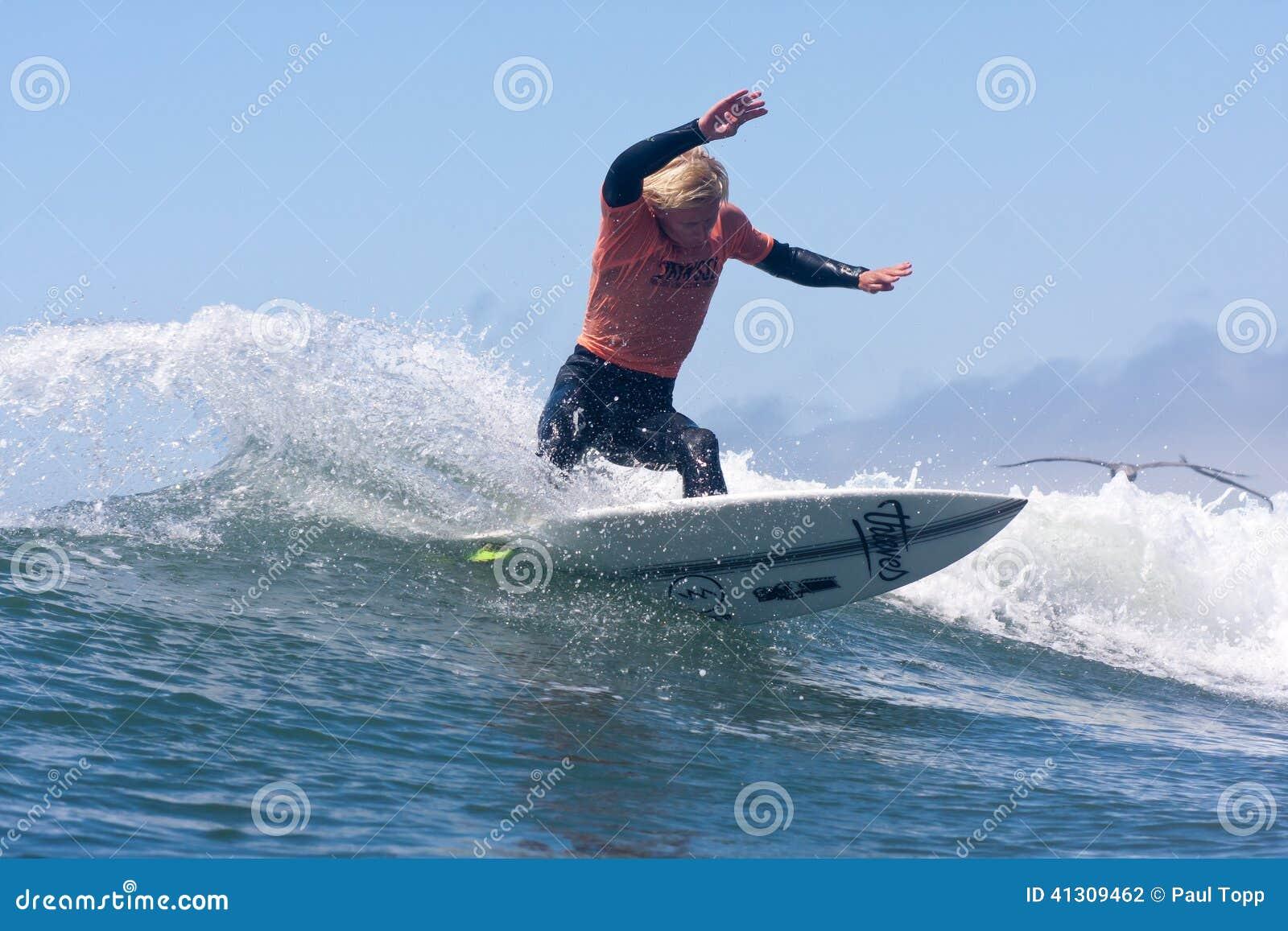 Mens die op een Golf in Santa Cruz California surfen