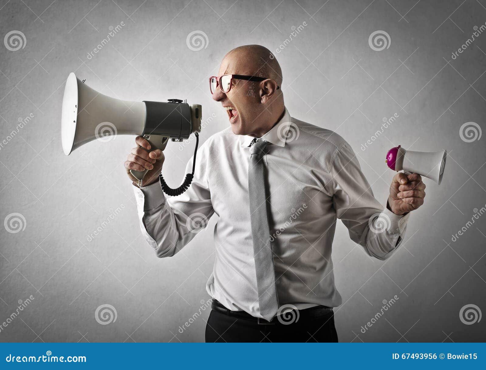Mens die op een luidspreker schreeuwen