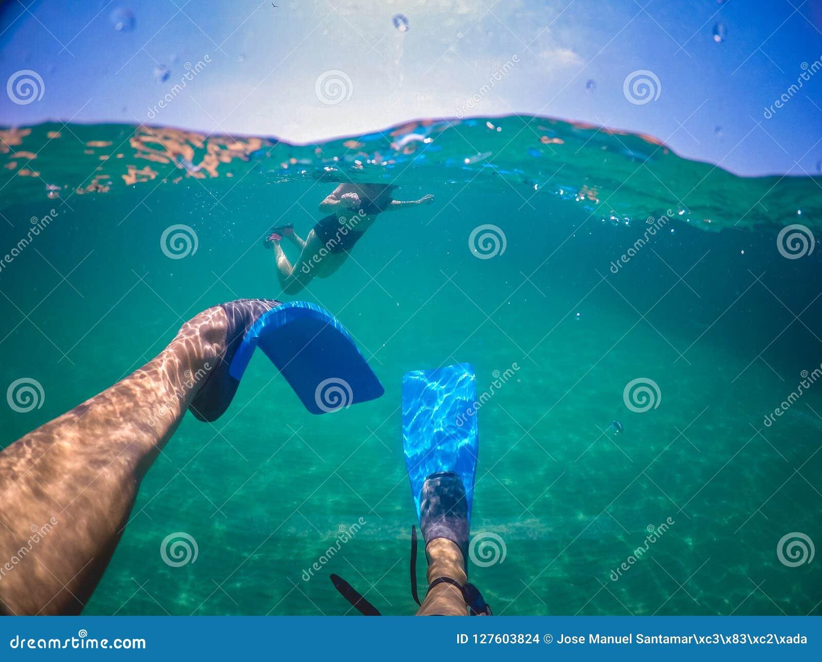 Mens die op het overzees zwemmen
