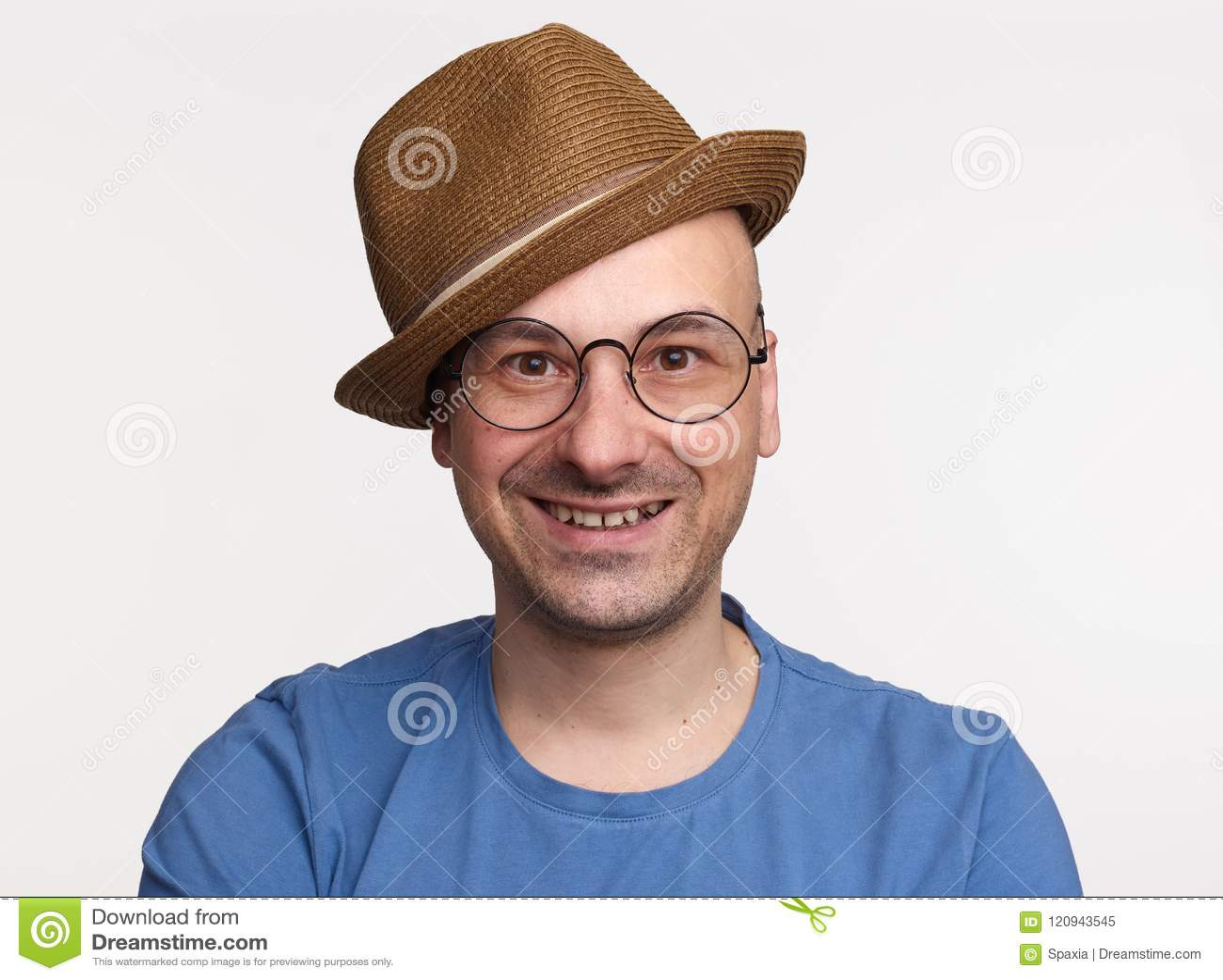 Mens die op middelbare leeftijd bril en hoed dragen