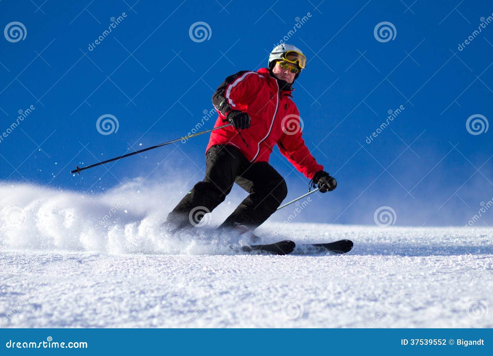 Mens die op skihelling ski?en