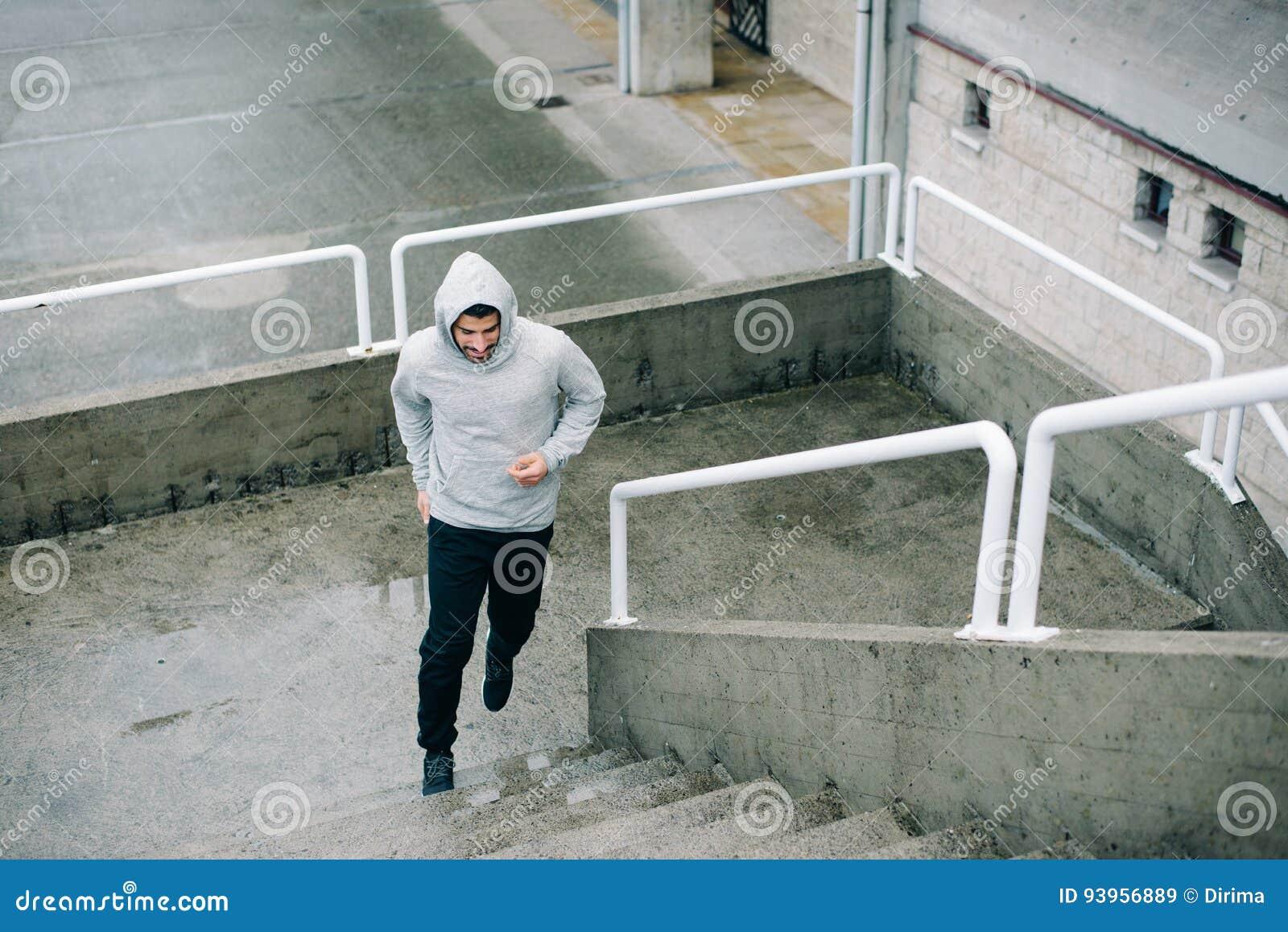 Mens die op stedelijke treden loopt