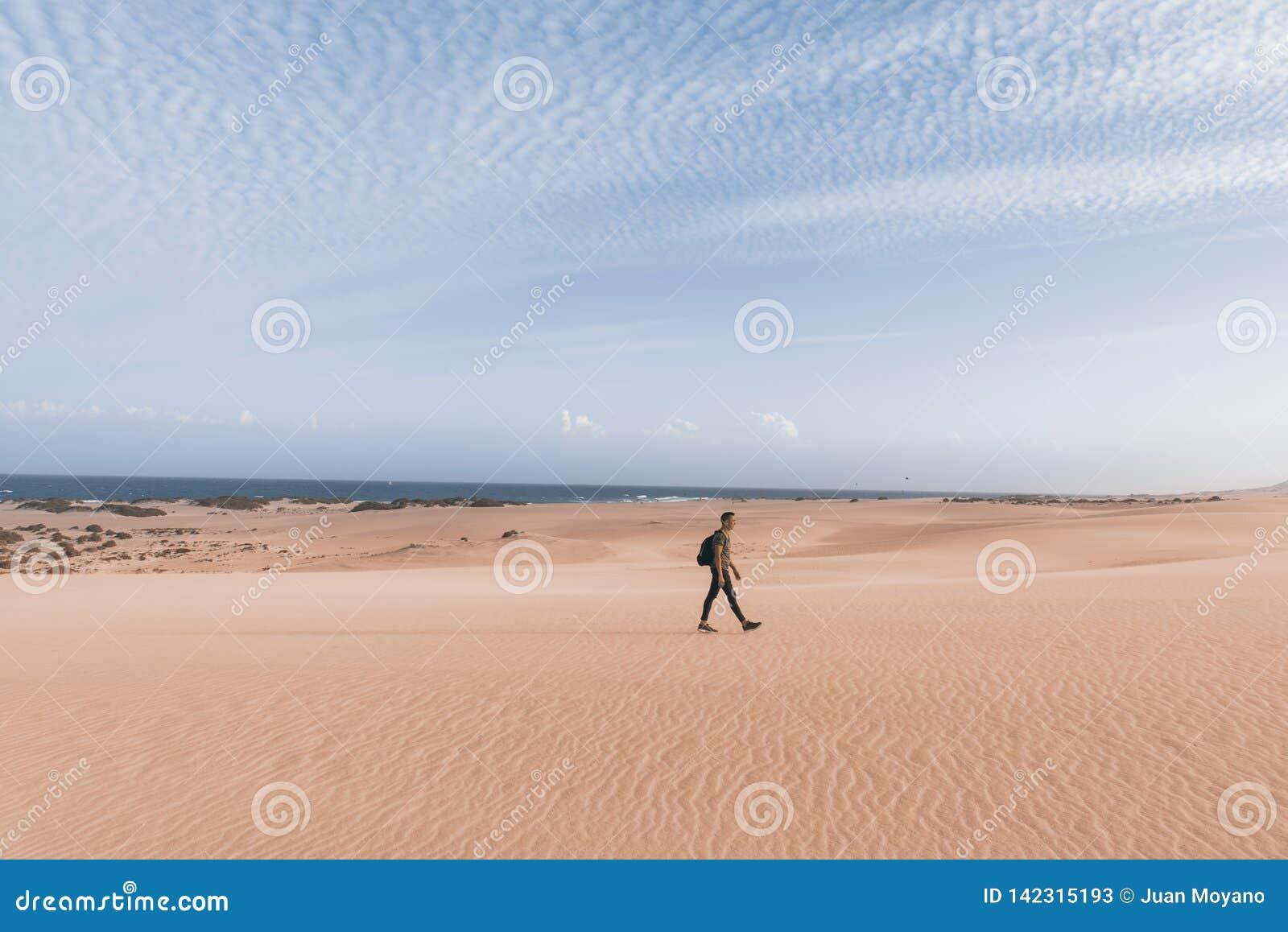 Mens die in openlucht in Fuerteventura, Spanje lopen