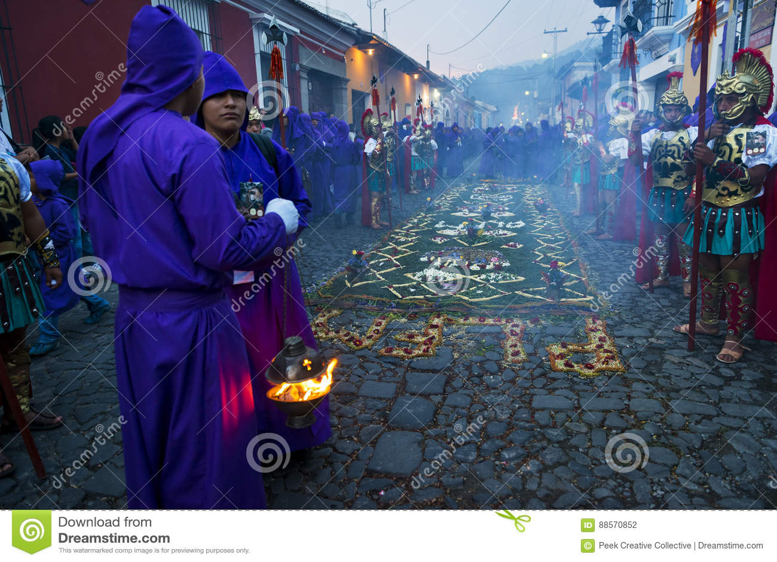 Mens die oude Roman militaire kleren en purpere robes in een optocht dragen tijdens de Pasen-vieringen, in de Heilige Week, in A