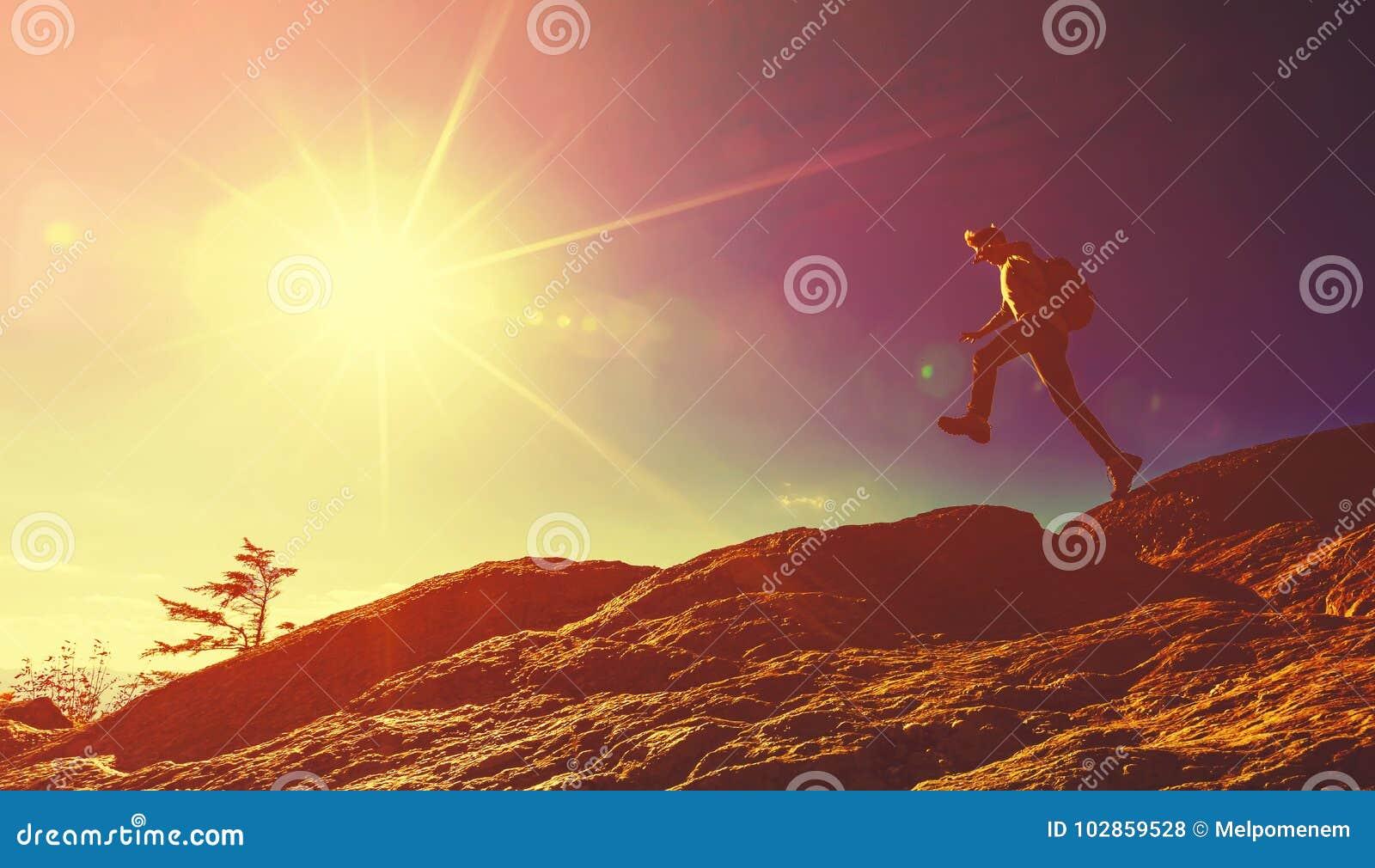 Mens die over hiaat op bergstijging springen