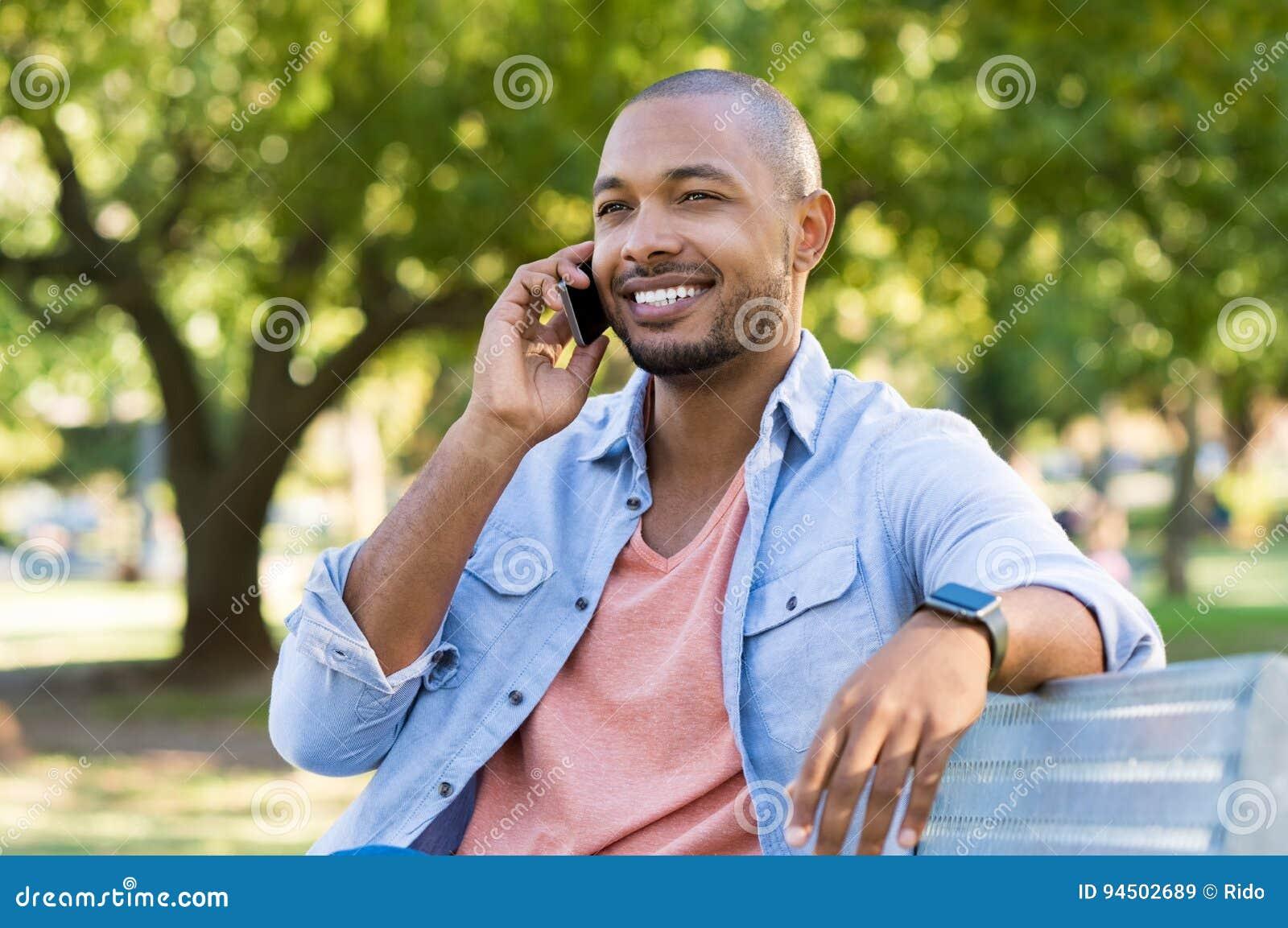 Mens die over telefoon spreken