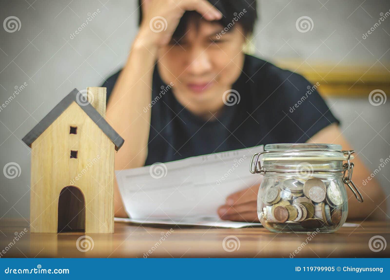 Mens die rekeningen controleren en financiële problemen met huisschuld hebben, Geldconcept , onroerende goederen, koop een flat