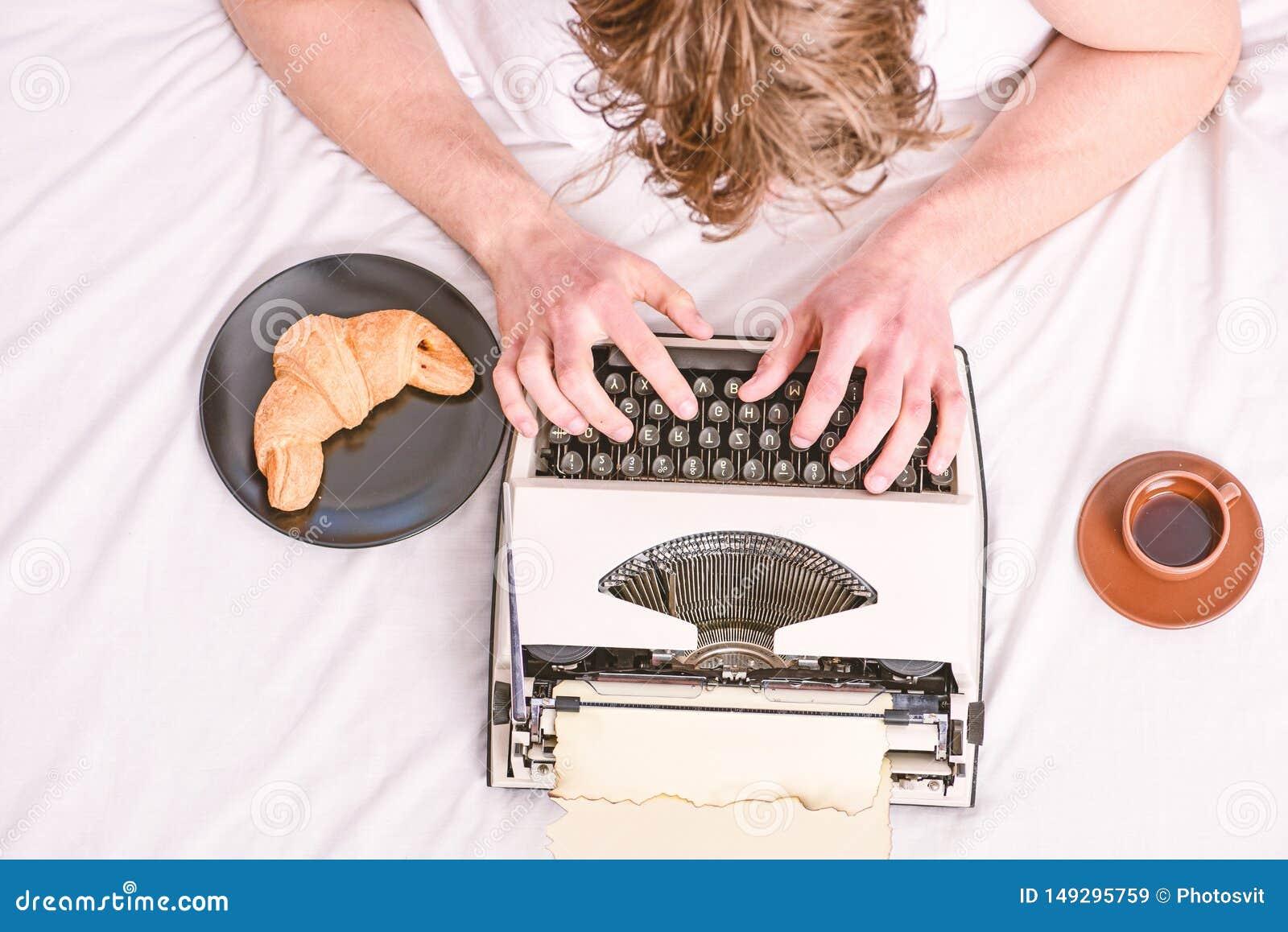 Mens die retro het schrijven machine typen Oude schrijfmachine op beddegoed Mannelijk handentype verhaal of rapport die uitsteken