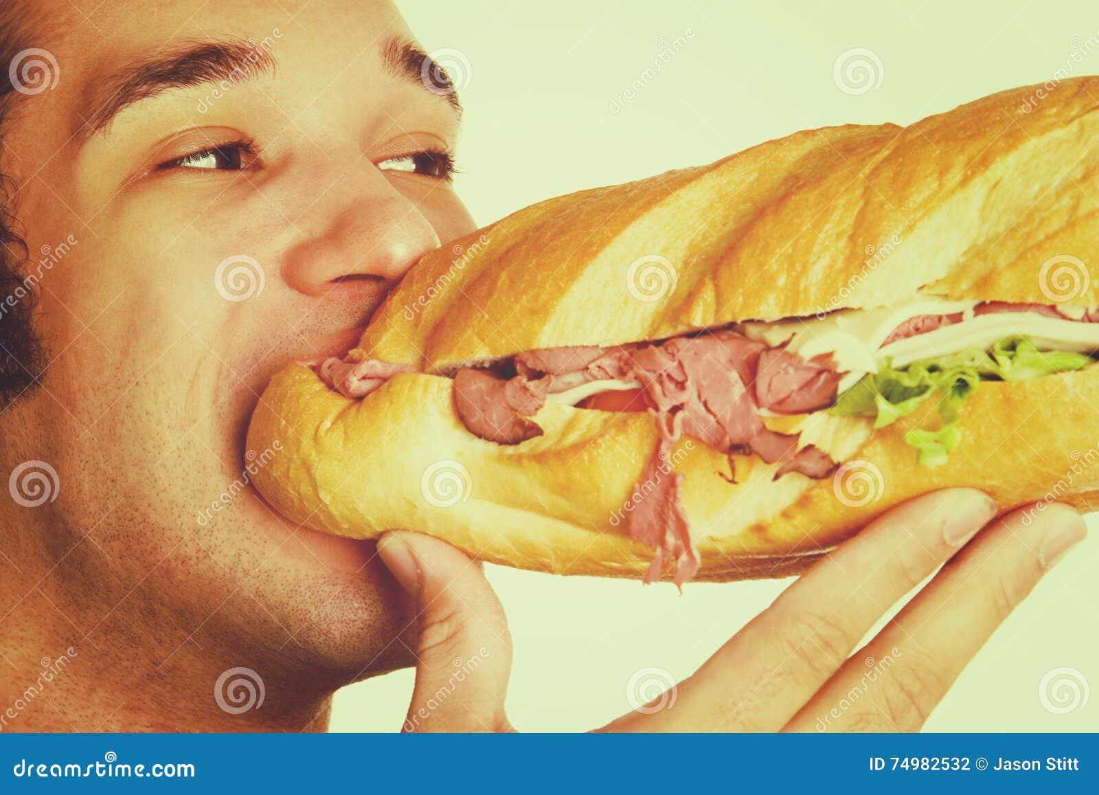 Mens die Sandwich eet