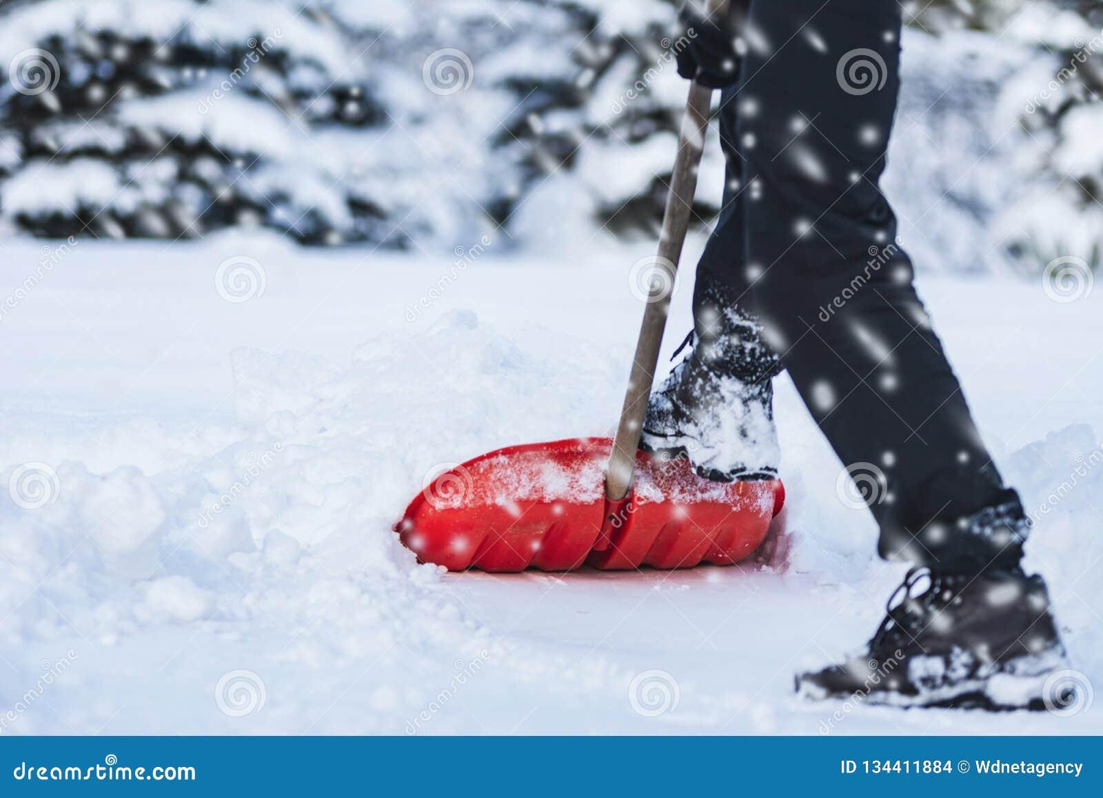 Mens die Sneeuw schept
