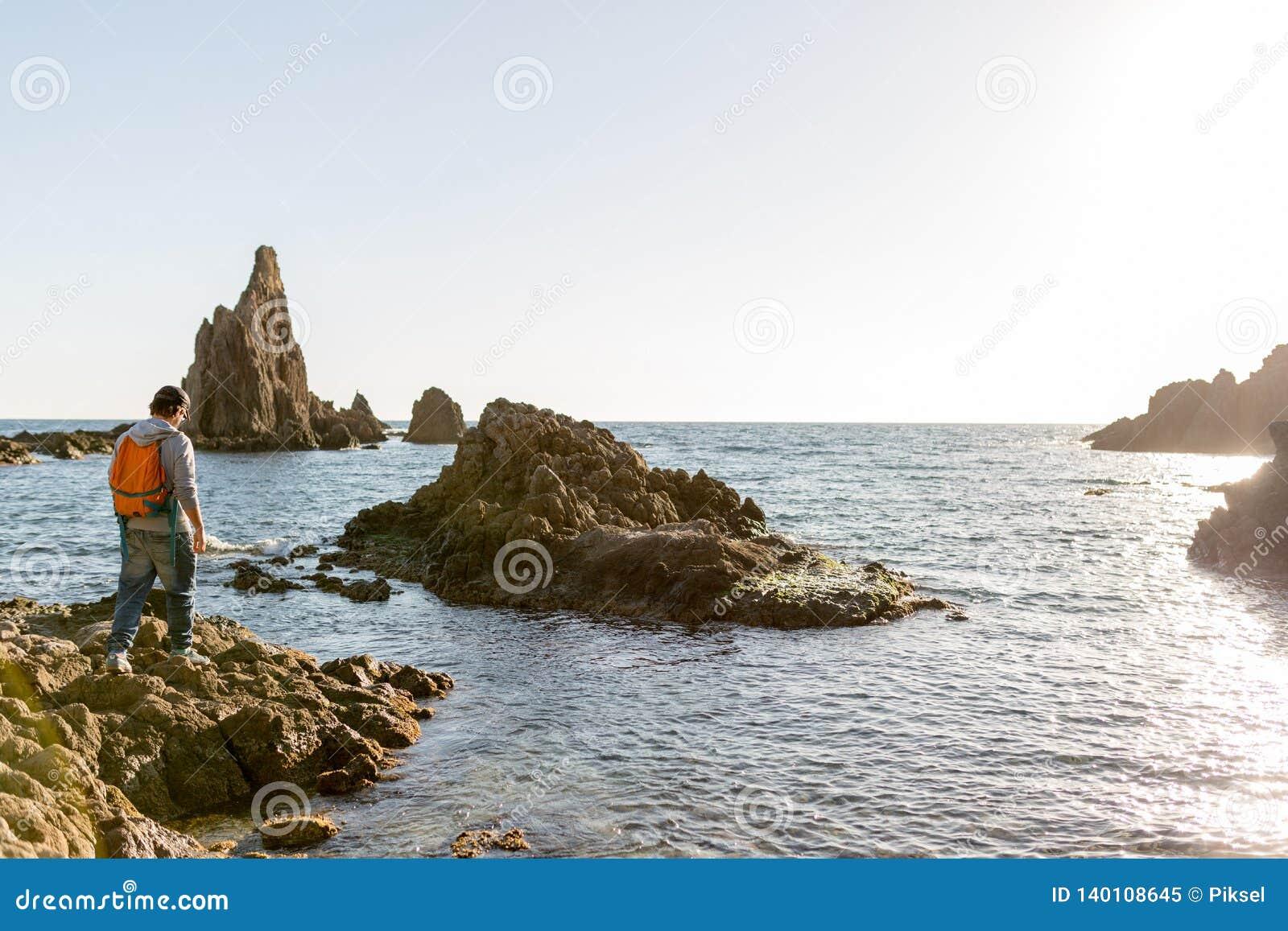 Mens die Spaanse kustlijn onderzoekt