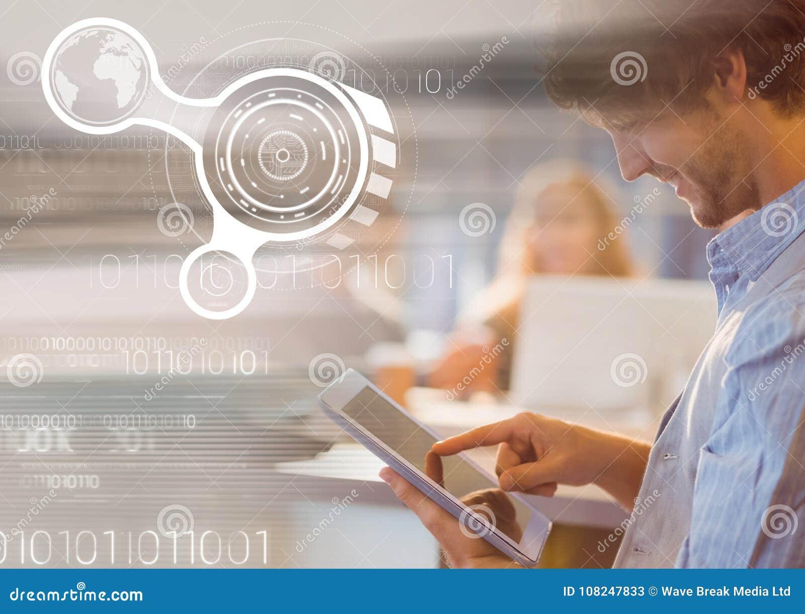 Mens die tablet met grafiekbekledingen gebruikt