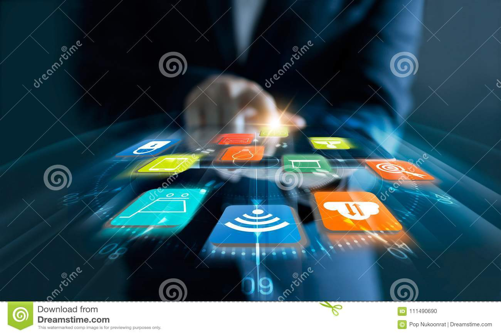 Mens die tablet voor online het winkelen met snelheidspictogrammen gebruiken