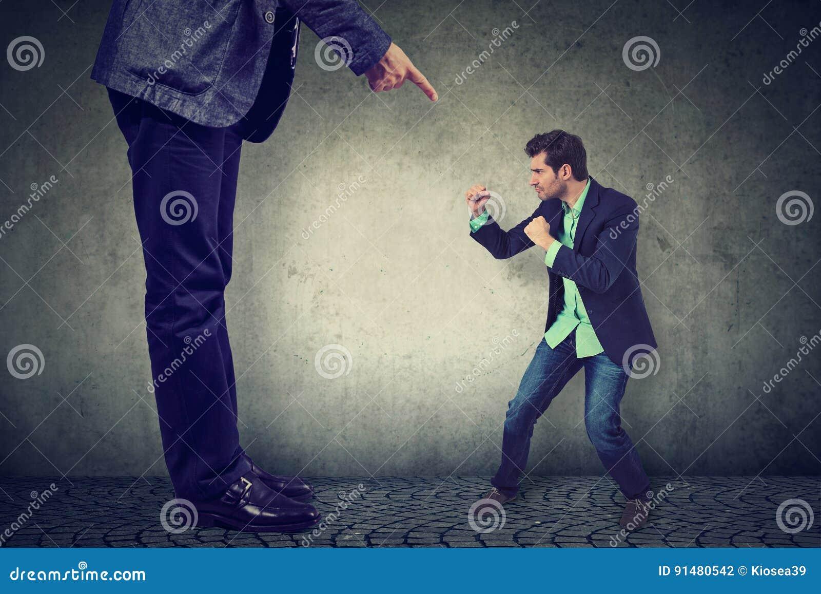 Mens die tegen zijn grote werkgever vechten